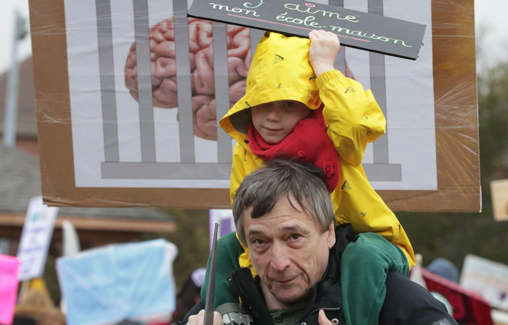 Les parents, certains accompagnés de leurs enfants, ont manifesté devant le bureau du ministre Jean-François Roberge, à Chambly.