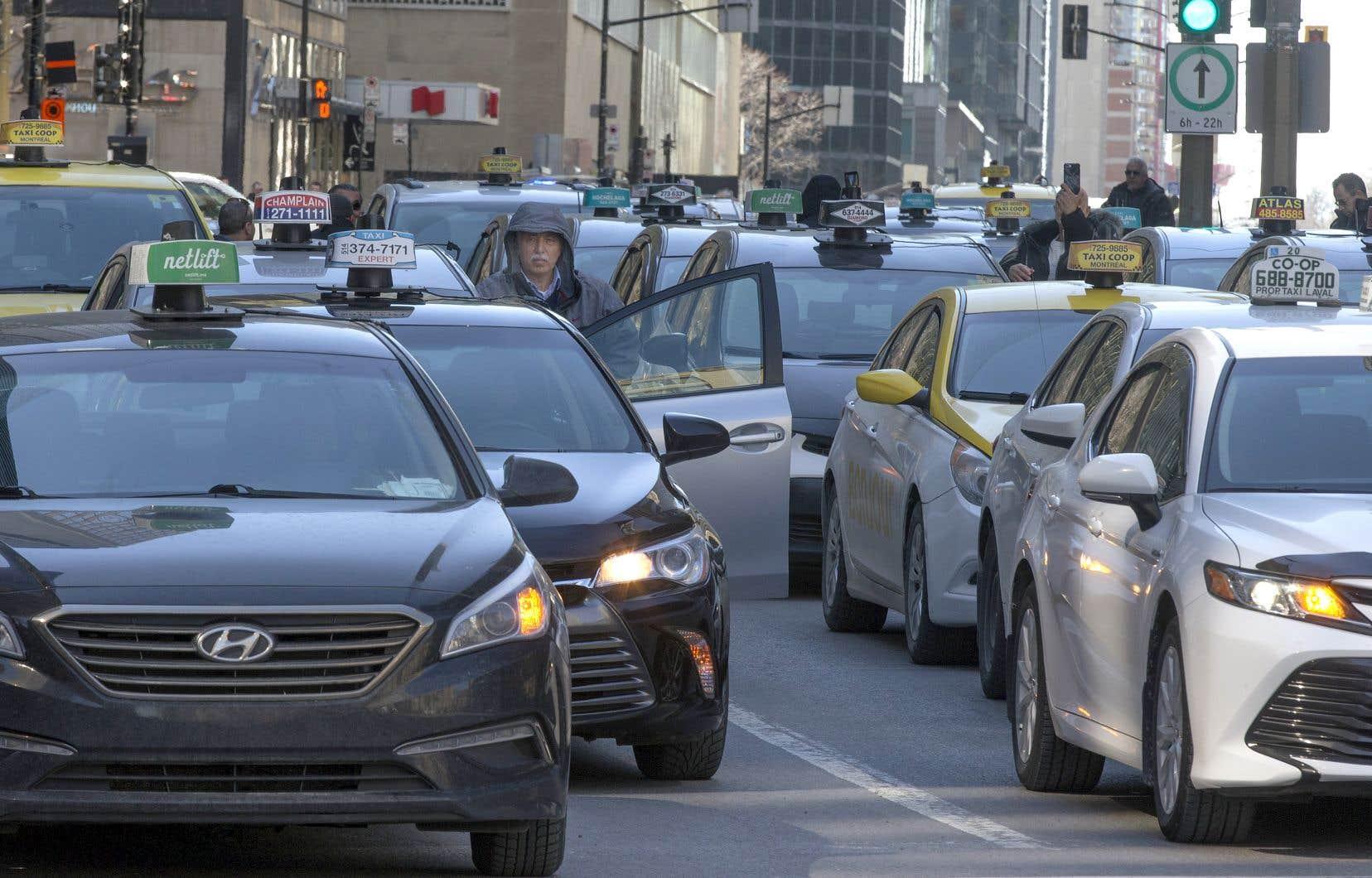 Québec offre de rembourser aux détenteurs d'un permis de taxi la somme qu'ils ont payée au moment de l'acquisition.