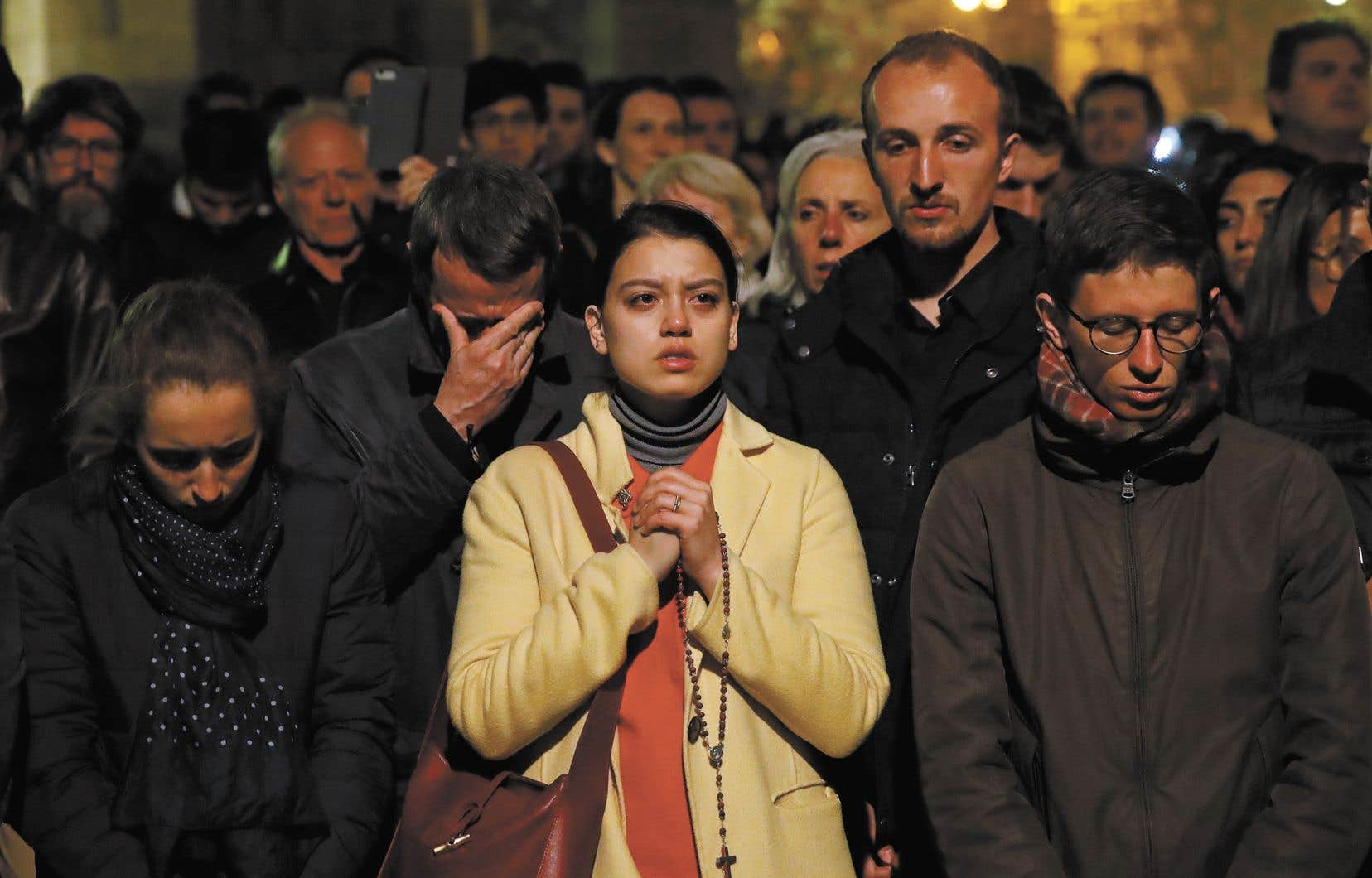 Catastrophés, les Parisiens ont regardé les flammes ravager la célèbre cathédrale.