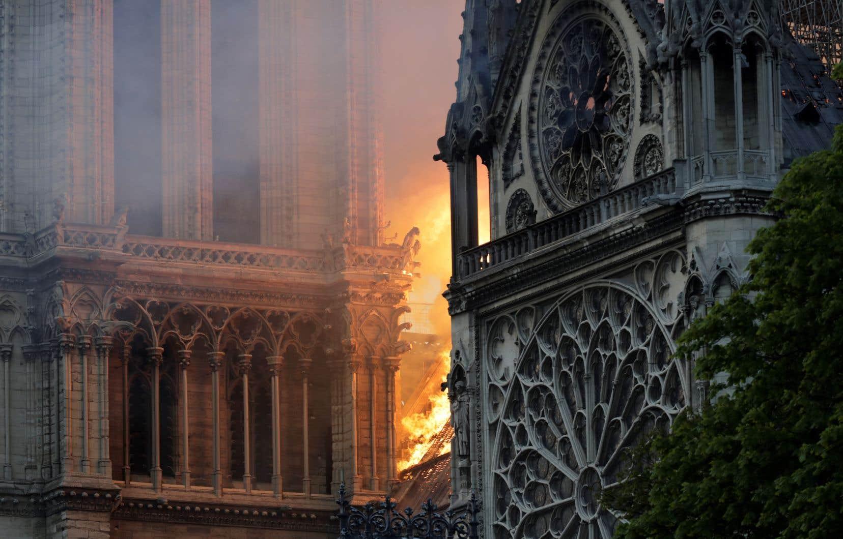 Les flammes dévorent le bâtiment gothique aux impressionnantes gargouilles, dont la construction a commencé au Moyen-Age.