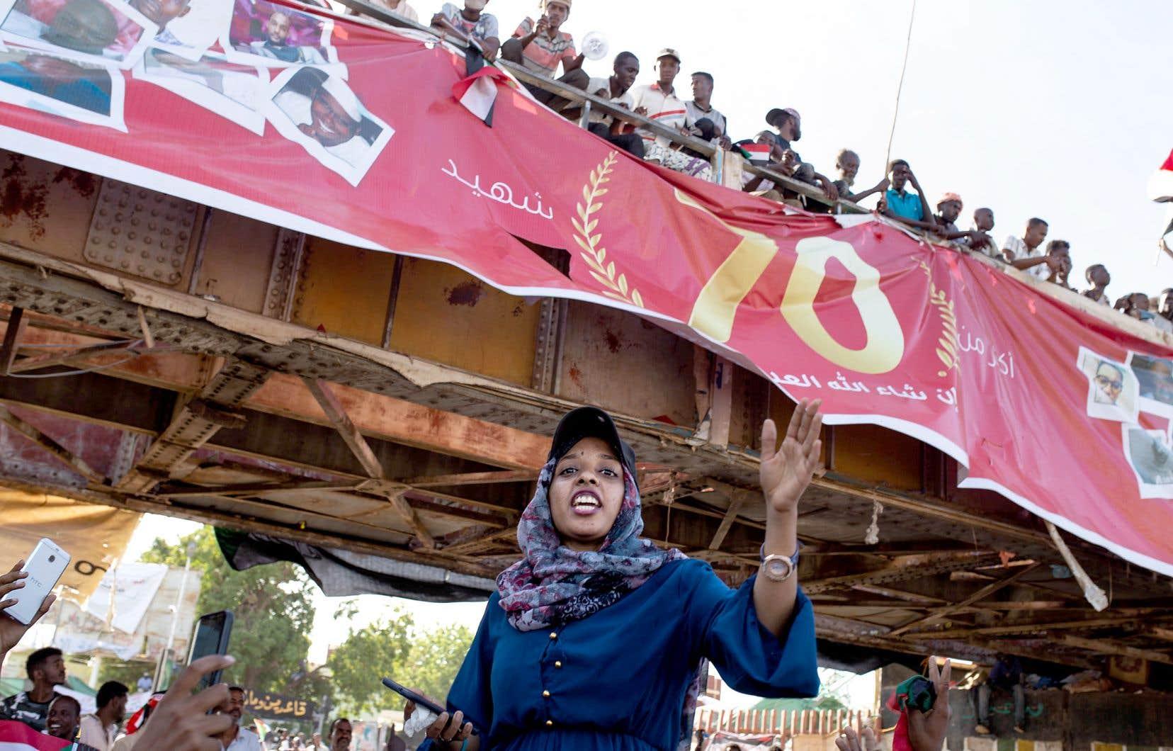 Les relations entre les chefs militaires et les contestataires rassemblés devant le quartier général de l'armée se sont tendues, lundi à Khartoum, quand des soldats auraient tenté de disperser les manifestants.