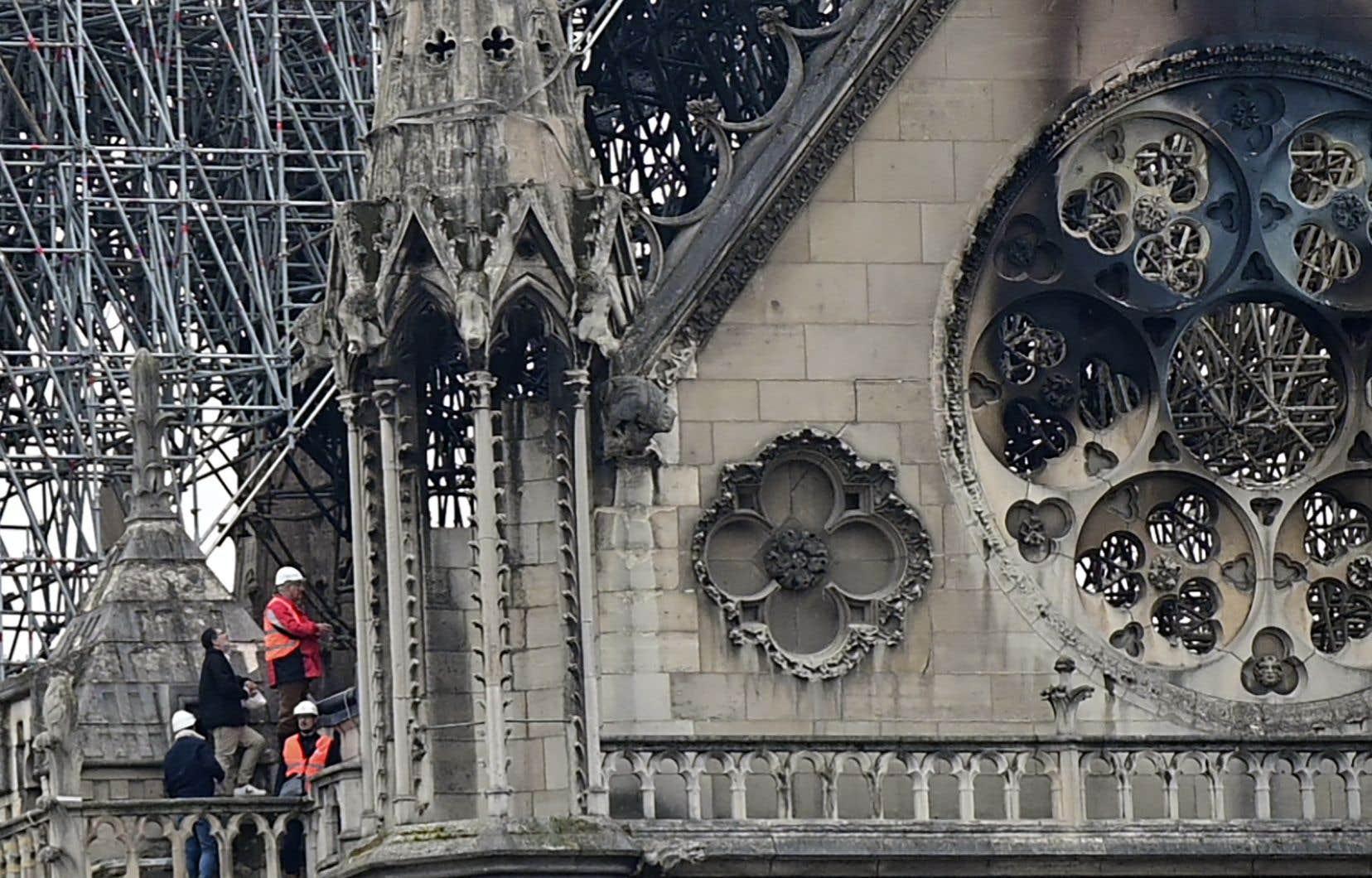 Il va falloir prévoir des échafaudages géants et complexes. Et aussi probablement placer au-dessus de la cathédrale un parapluie géant pour que les combles sèchent. Puis les bois devront être enlevés, avec prudence.
