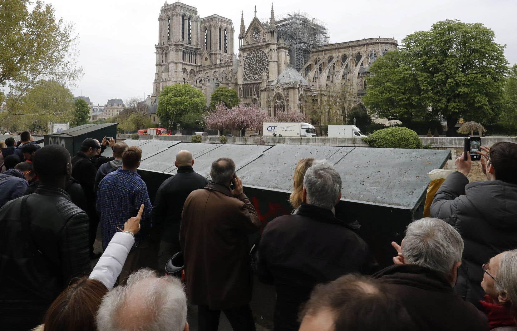 Des œuvres ont été exfiltrées par une porte derrière la cathédrale, là où des véhicules des agents de la Ville de Paris les attendaient pour les emmener à quelques centaines de mètres.<br />