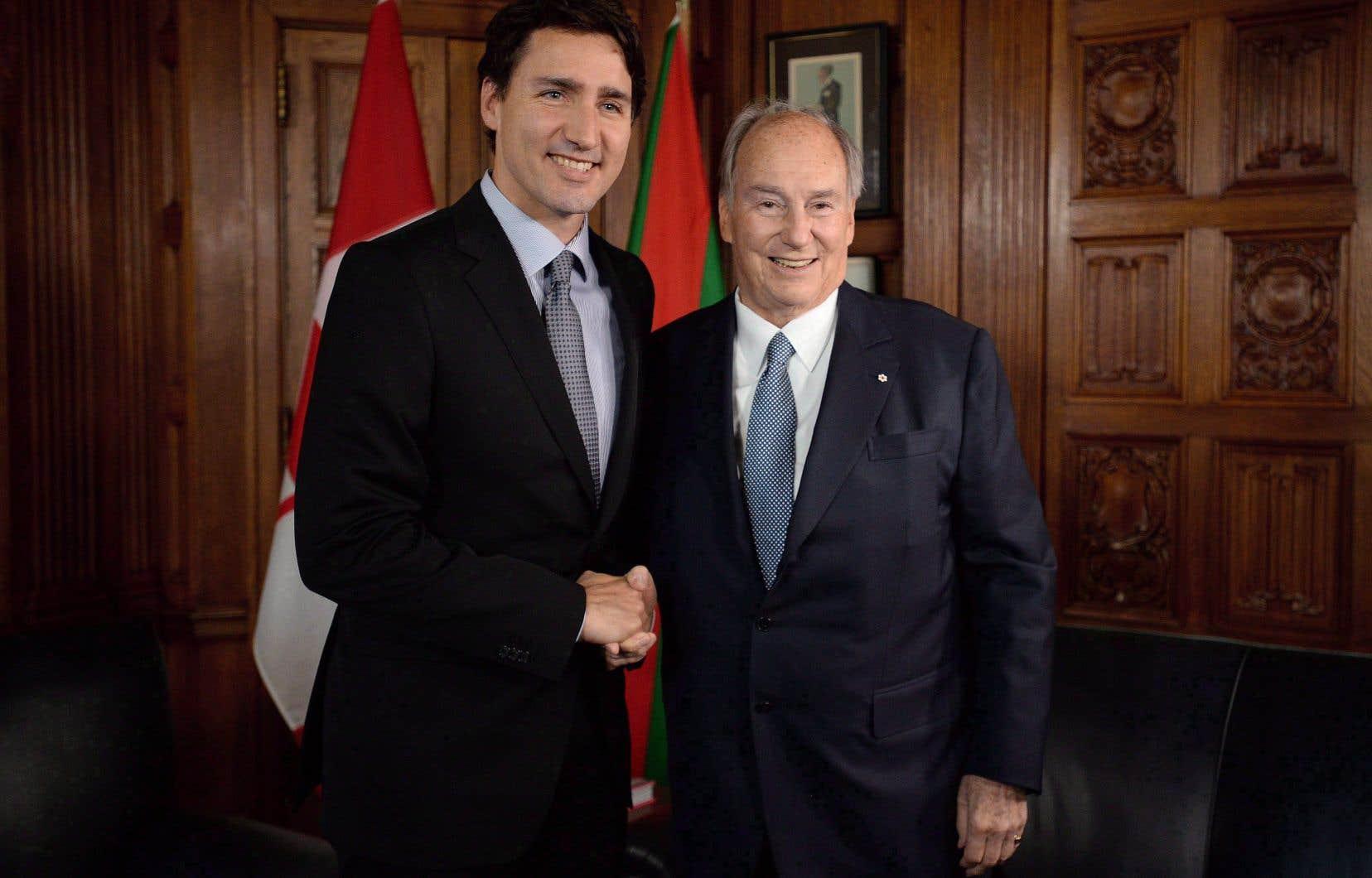 Le premier ministre Justin Trudeau et l'Aga Khan sur la colline du Parlement à Ottawa, mardi le 17 mai 2016.