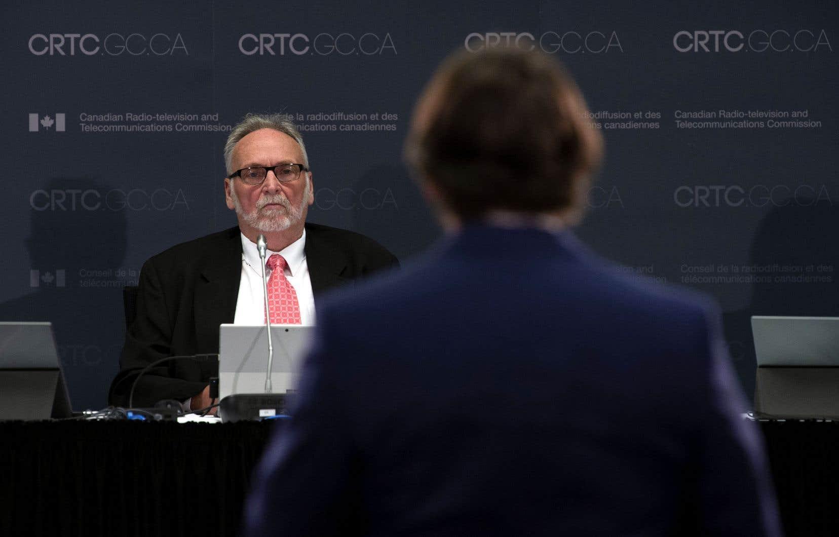 Le président du CRTC, Ian Scott, a prêté oreille aux explications de Pierre Karl Péladeau, mercredi.