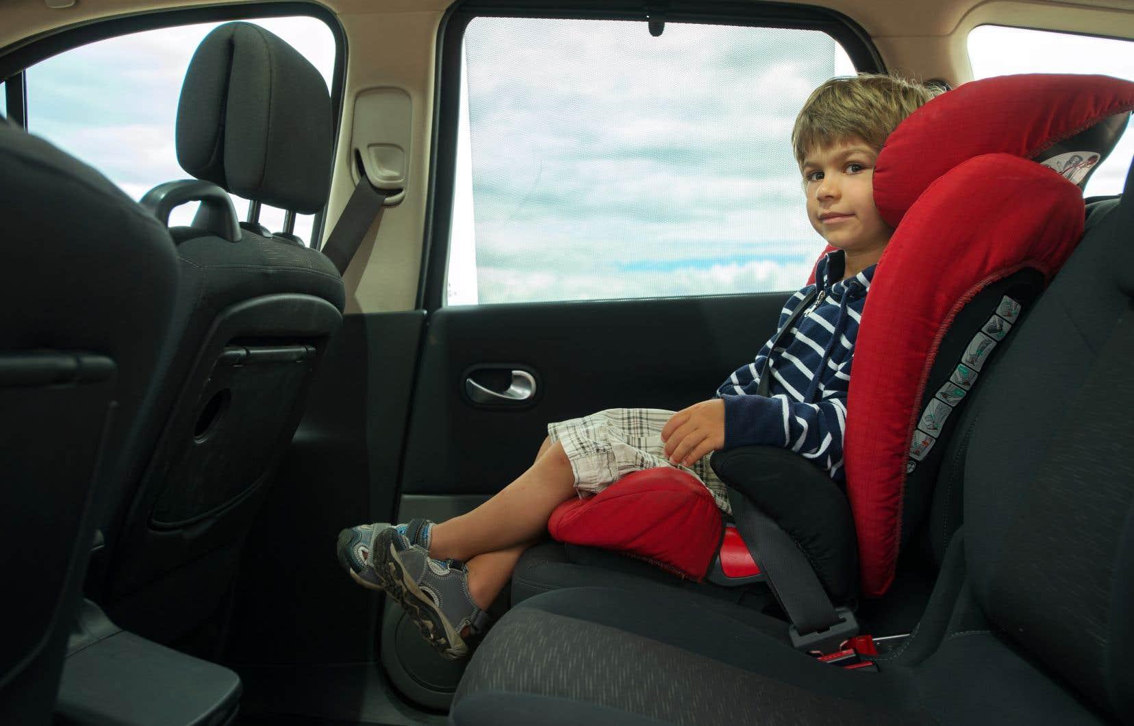 Sans un siège rehausseur, la ceinture peut effectuer une forte pression au niveau du cou et de l'abdomen de l'enfant.