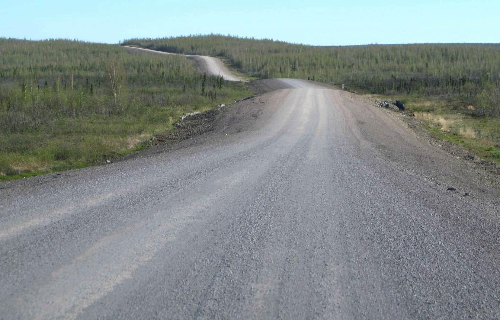 L'autoroute Inuvik-Tuktoyaktuk est une longue voie de gravier sinueuse à travers la toundra.