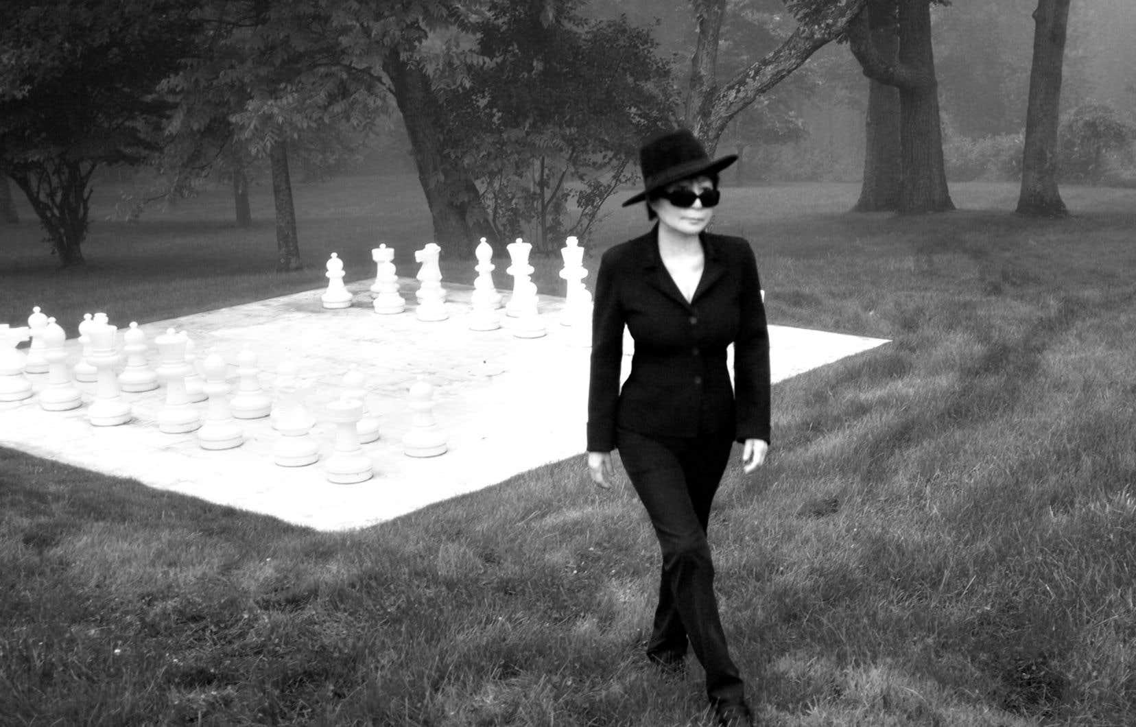 Yoko Ono, aux côtés de son «Play It by Trust», dans le jardin de la LongHouse Reserve