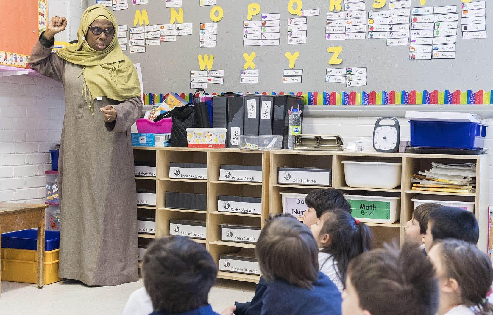 Les auteurs s'estiment préoccupés par la conception de l'école qui sous-tend le désir d'interdire aux enseignants, pour la plupart enseignantes, le port de signes religieux.