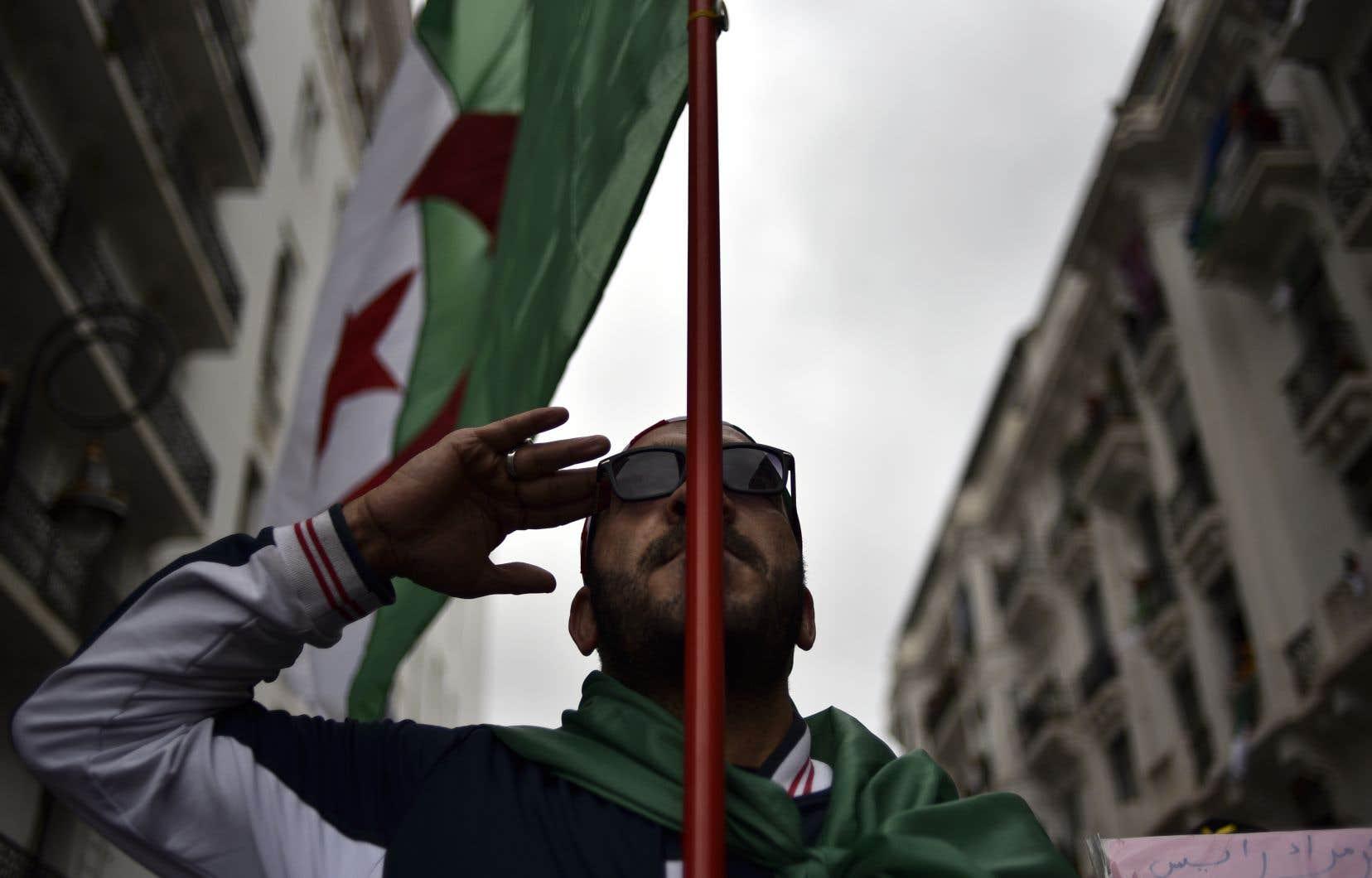 Aucun chiffre officiel n'est communiqué ni par les autorités ni par la contestation, mais la mobilisation à Alger est comparable à celle des précédents vendredi.