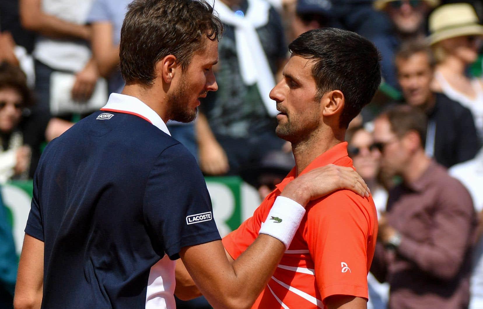 Le Serbe Novak Djokovic et le Russe Daniil Medvedev se parlent à la fin du match de tennis aux quarts de finale du Masters de Monte-Carlo.