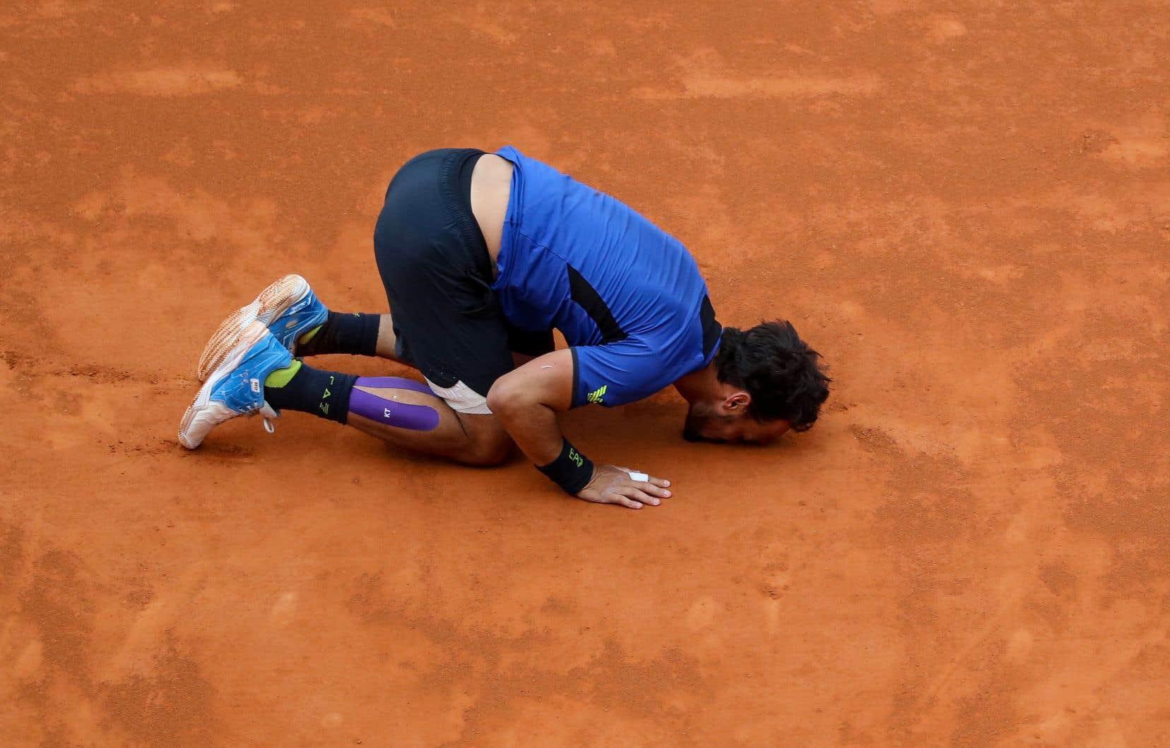 Après sa victoire,Fognini s'est agenouillé pour embrasser le sol.