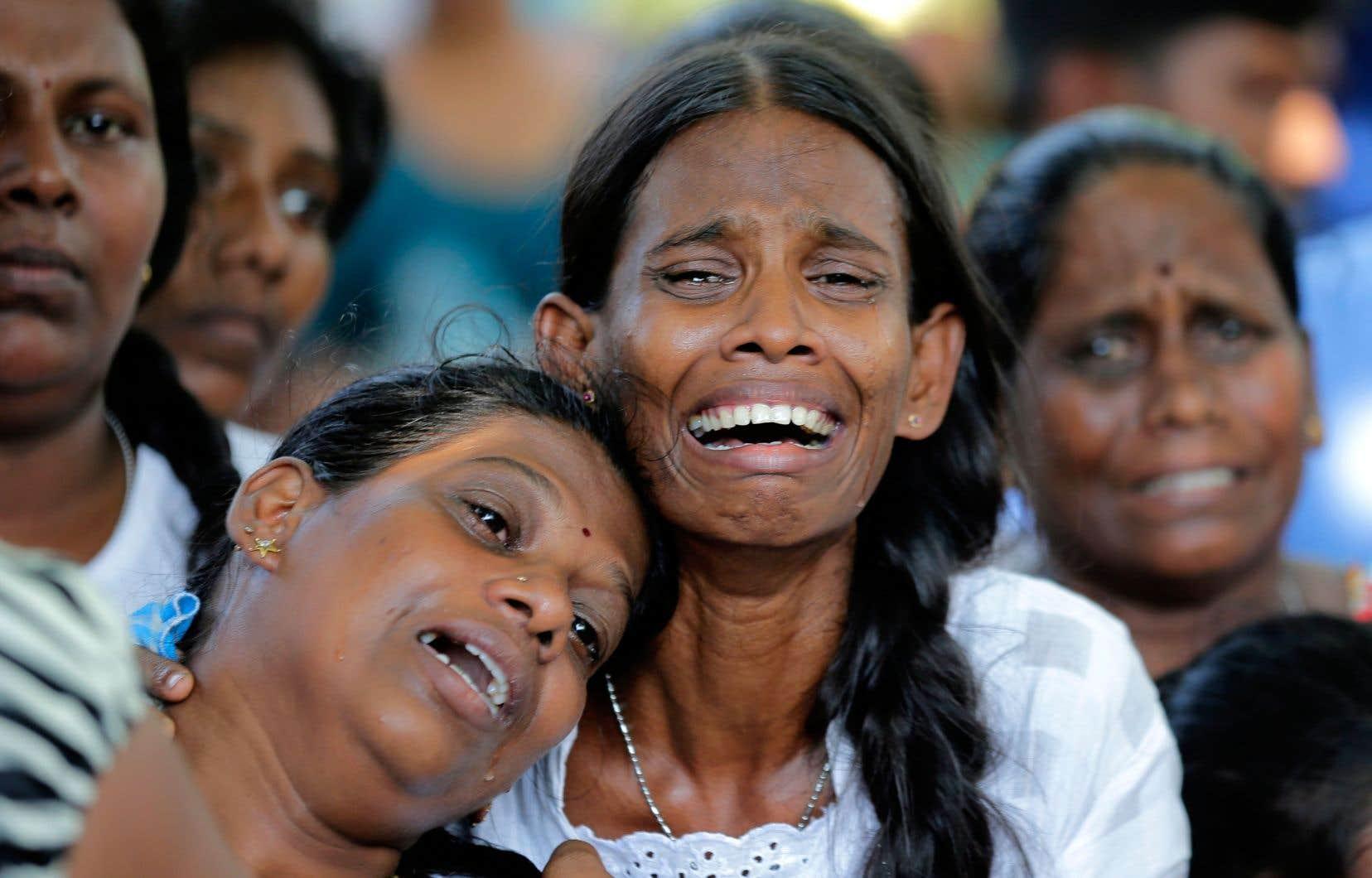 Des Sri-Lankais ont laissé libre cours à leur douleur lors de messes en hommage aux morts de ces attentats.