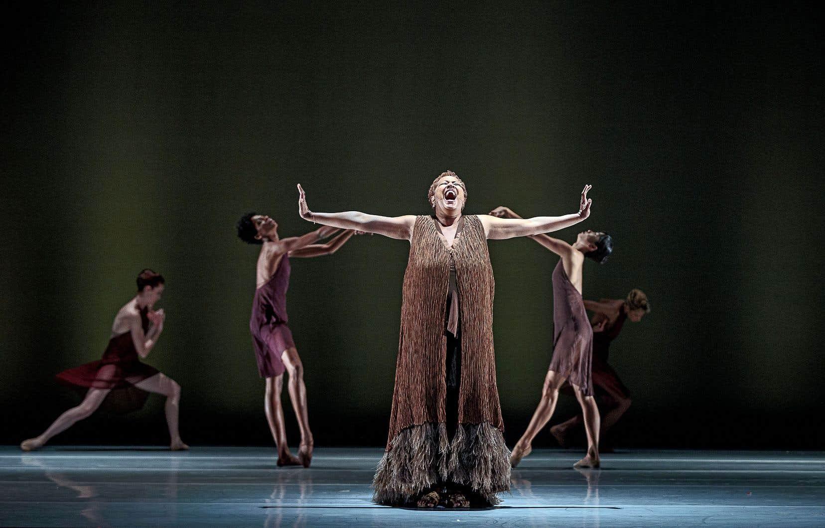 Aux côtés des danseurs sur la scène, la chanteuse Lisa Fischer dit ressentir une «profonde connexion entre le mouvement et le son».