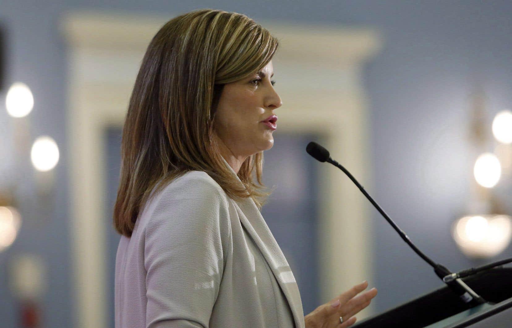 Rona Ambrose est l'instigatrice du projet de loi C-337. Celui-ci obligerait les avocats à suivre un cours de perfectionnement sur le droit relatif aux agressions sexuelles avant de postuler à la magistrature.
