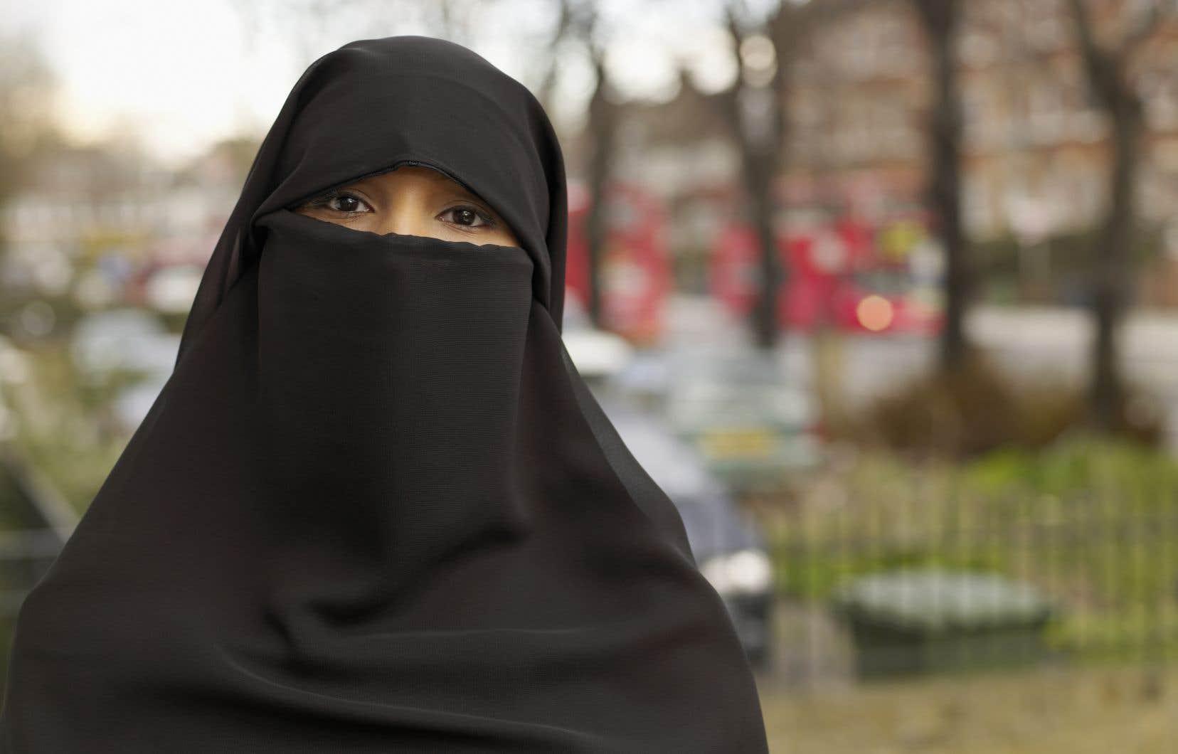 «Les dirigeants du parti ferment les yeux sur le fait que le voile islamique est non seulement un signe religieux, mais aussi un symbole ostensible d'infériorisation et de soumission des femmes. Et cela, même s'il est porté librement et par choix», écrit l'auteur.