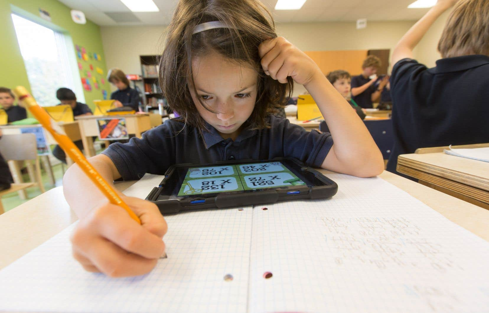 Selon le ministre Roberge, le développement des compétences numériques doit commencer dès la maternelle et se poursuivre jusqu'au doctorat.