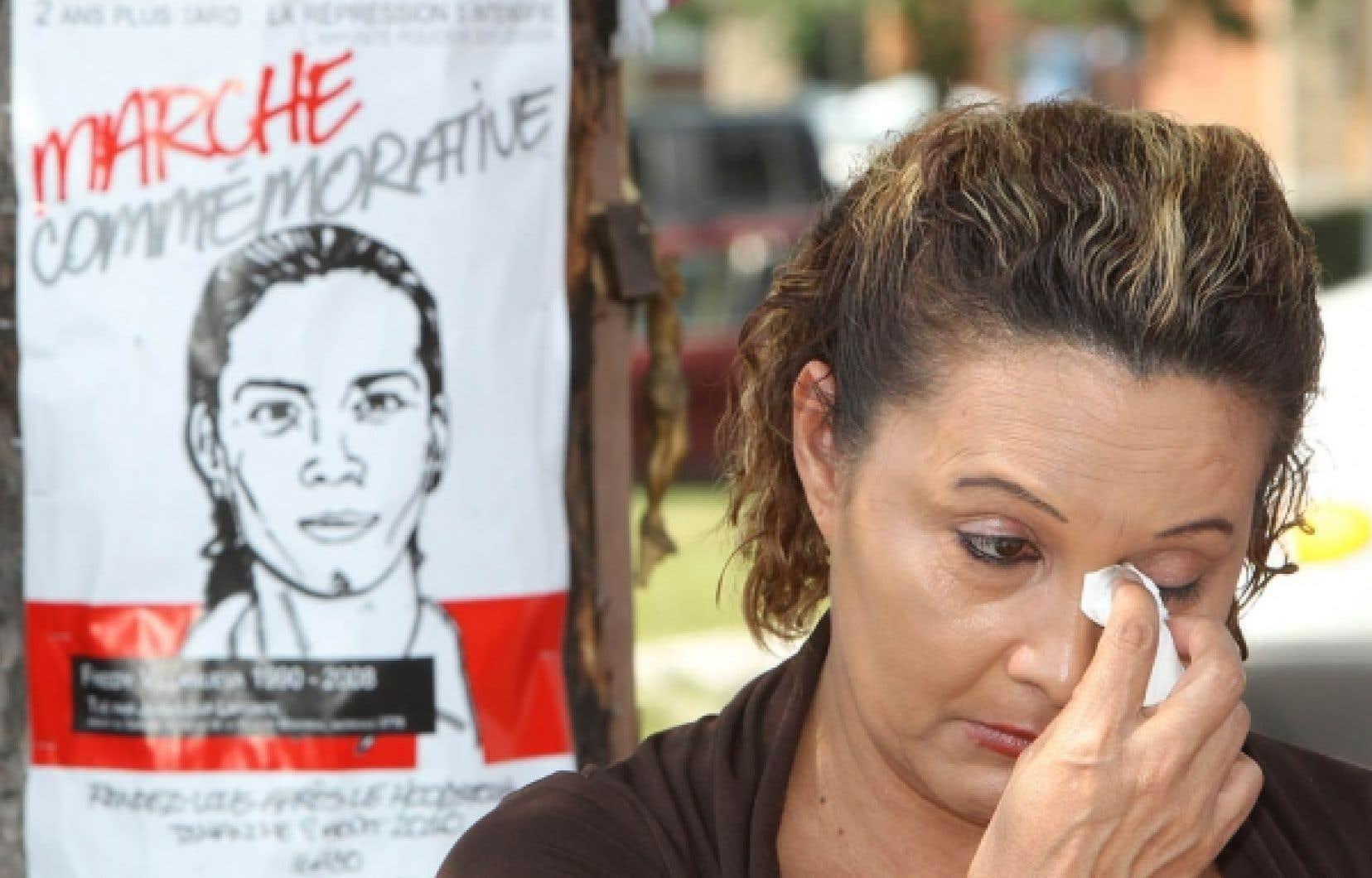 La mère de Fredy Vilanueva, Lilian Maribel Madrid Antures, a versé une larme, hier, lors d'une rencontre avec les médias au parc Henri-Bourrassa. Dimanche, une marche commémorative partira de ce parc de Montréal-Nord.<br />