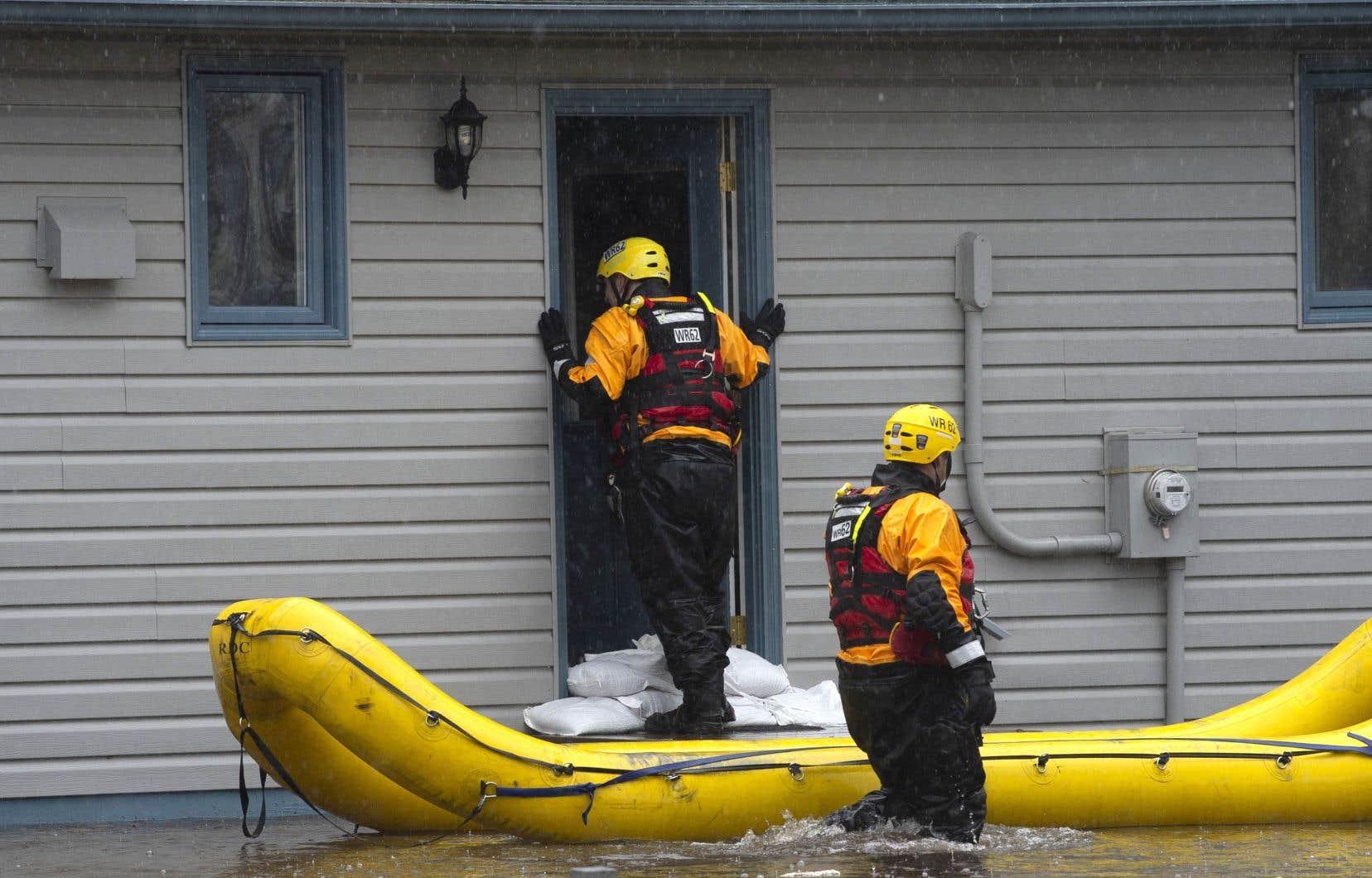 Ottawa n'est évidemment pas épargnée par la montée des eaux et le maire de la capitale canadienne a décrété l'état d'urgence. Sur la photo, des pompiers d'Ottawa font la tournée des maisons sinistrées pour s'assurer que leurs occupants vont bien dans les circonstances.