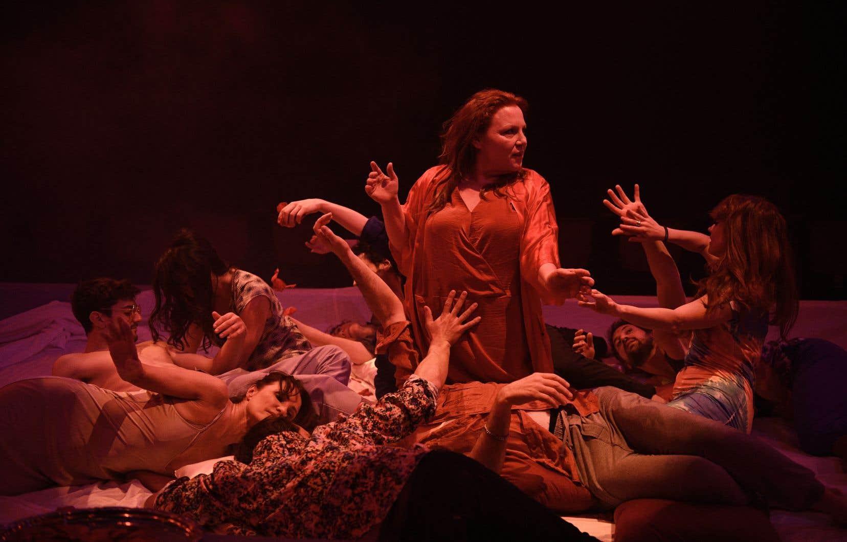 Le spectacle compte plus de chansons que les créations précédentes de Loui Mauffette, ce qui permet de mettre en avant les talents multiples de la troupe.
