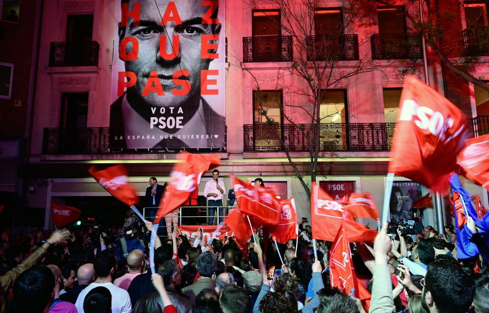 Le Parti socialiste ouvrier espagnol, dirigé par Pedro Sánchez (en chemise blanche sur la photo), a recueilli près de 29% des voix.