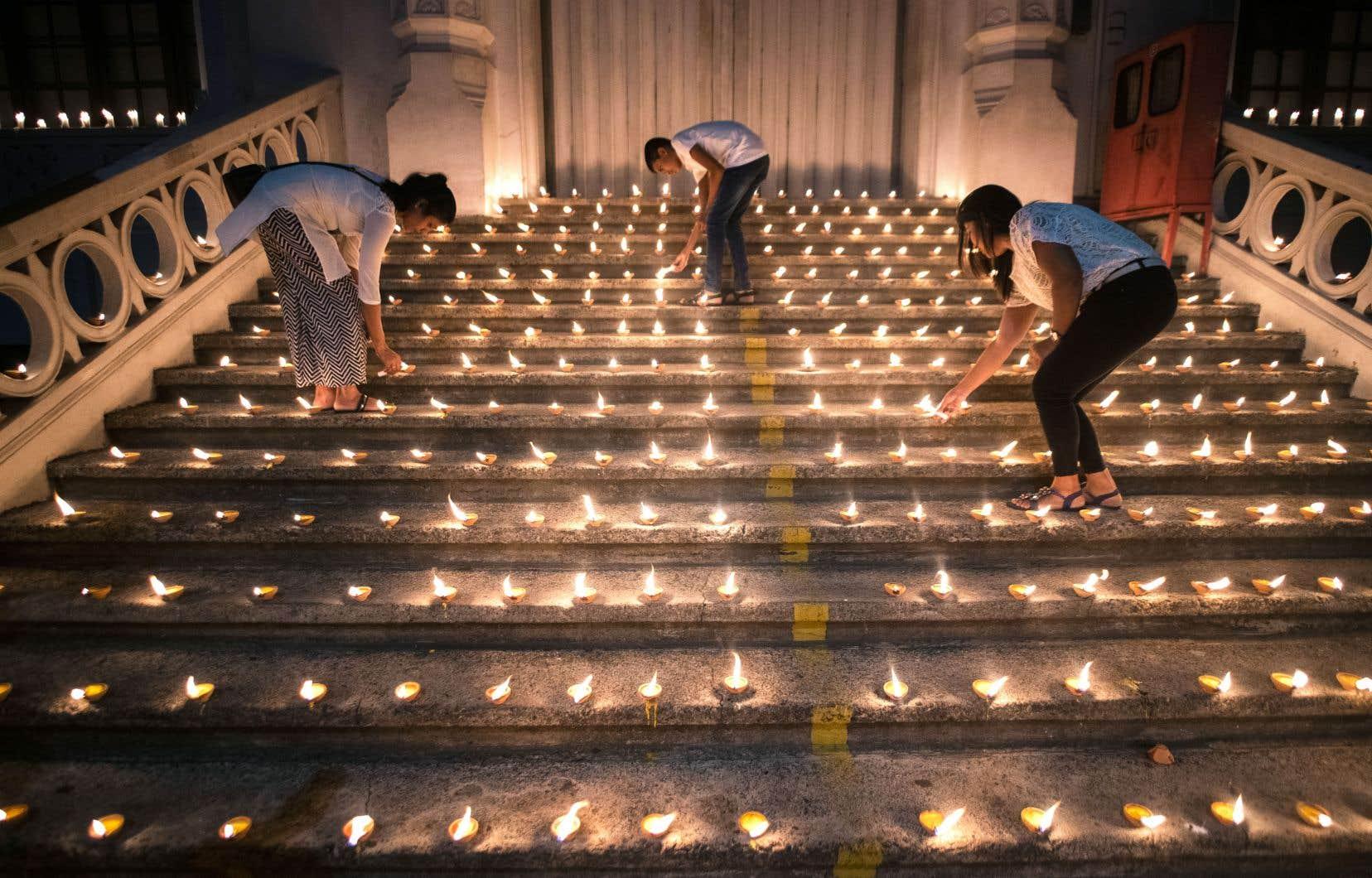 À Colombo, des bougies ont été allumées en hommage aux victimes des attentats survenus la semaine dernière.