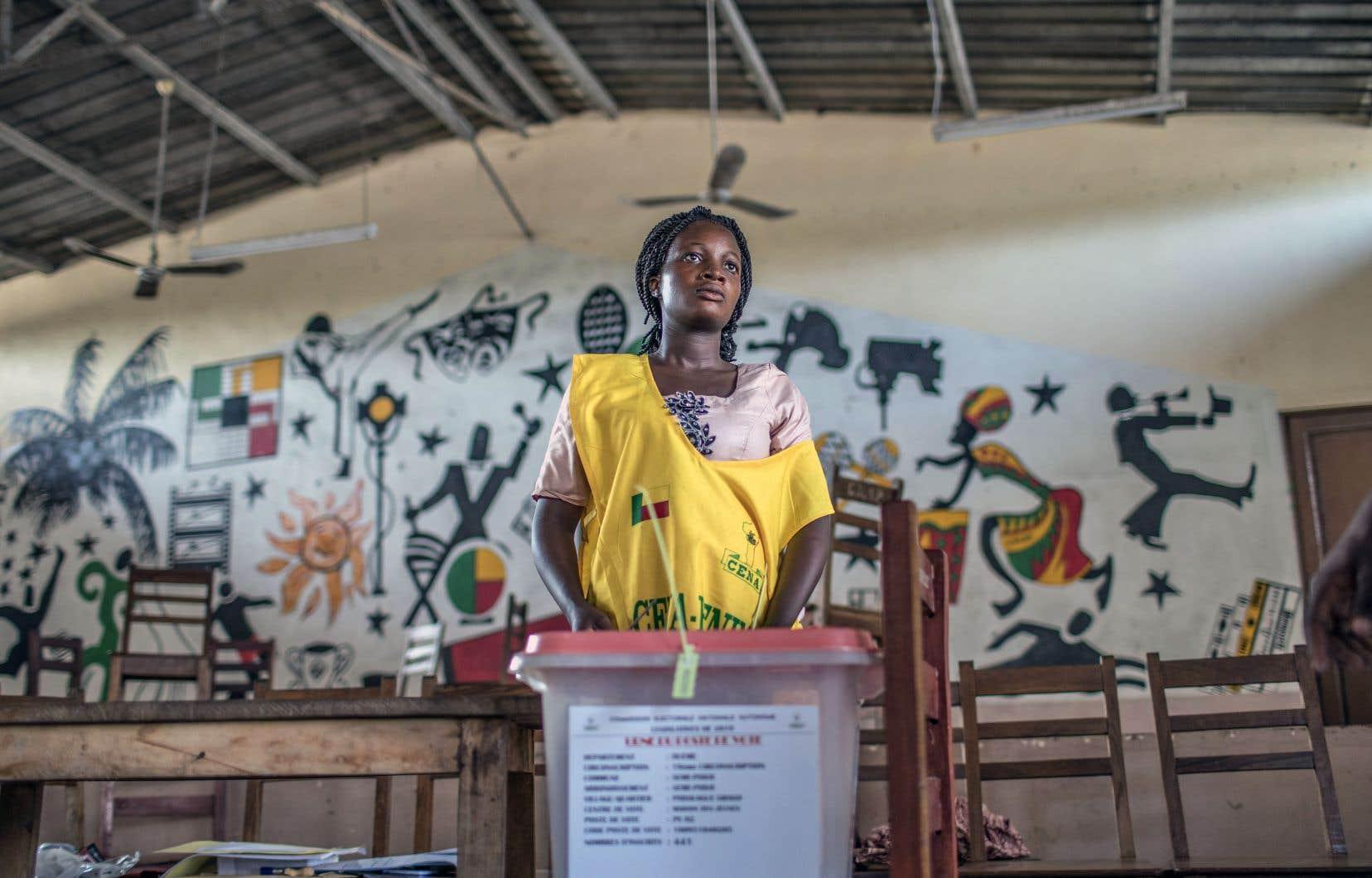 Une scrutatrice à Cotonou, dimanche