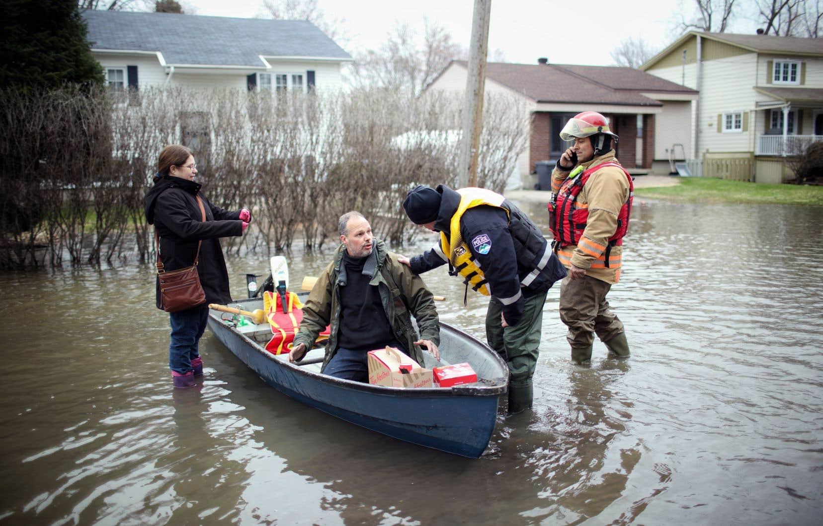 C'est une brèche de 50 à 75 pieds dans une digue naturelle qui est à l'origine de cette inondation, survenue samedi soir, forçant l'évacuation immédiate de milliers de résidents de Sainte-Marthe-sur-le-Lac, dans les Laurentides. Selon les autorités, «le niveau de l'eau pourrait augmenter encore pour 24 à 48heures». Il pourrait se passer plusieurs jours, voire plusieurs semaines avant que les résidents évacués ne puissent rentrer chez eux.