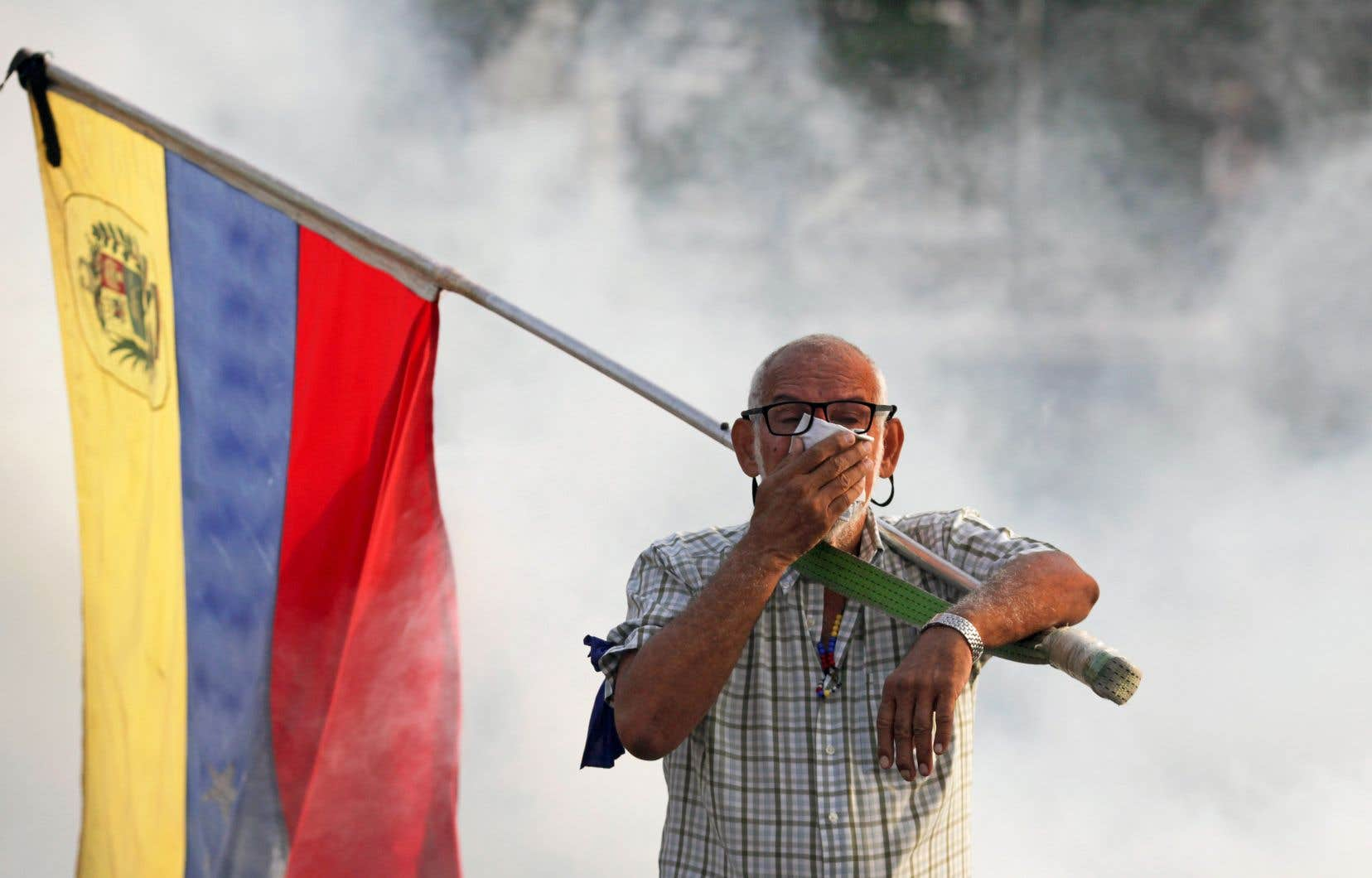 Pneus et véhicules enflammés sur la chaussée, jets de pierres, nuages de gaz lacrymogène: la situation restait très confuse, mardi, dans l'est de Caracas, a constaté l'AFP.