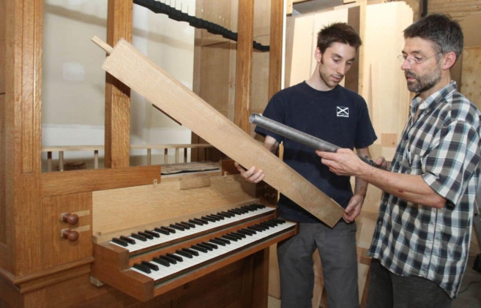 Jean-Dominique Felx (à gauche), facteur d'orgues chez Juget-Sinclair, et Denis Juget, copropriétaire de la petite entreprise qui produit en moyenne trois ou quatre instruments par an, qui prennent surtout le chemin des États-Unis et du Japon.<br />