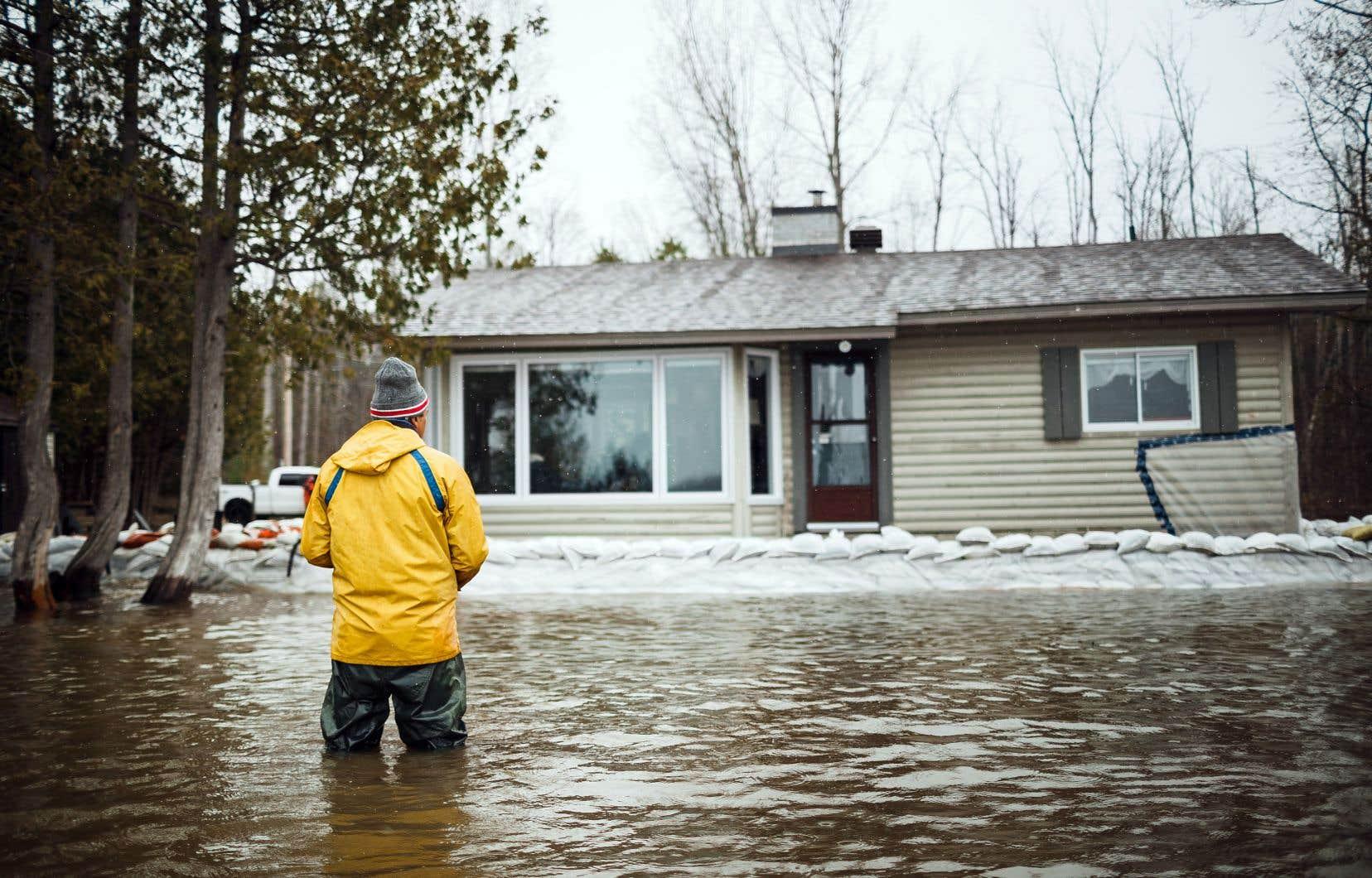 Mario Sainte-Marie, qui réside à Aylmer, un quartier de Gatineau, observe sa propriété encerclée par l'eau.
