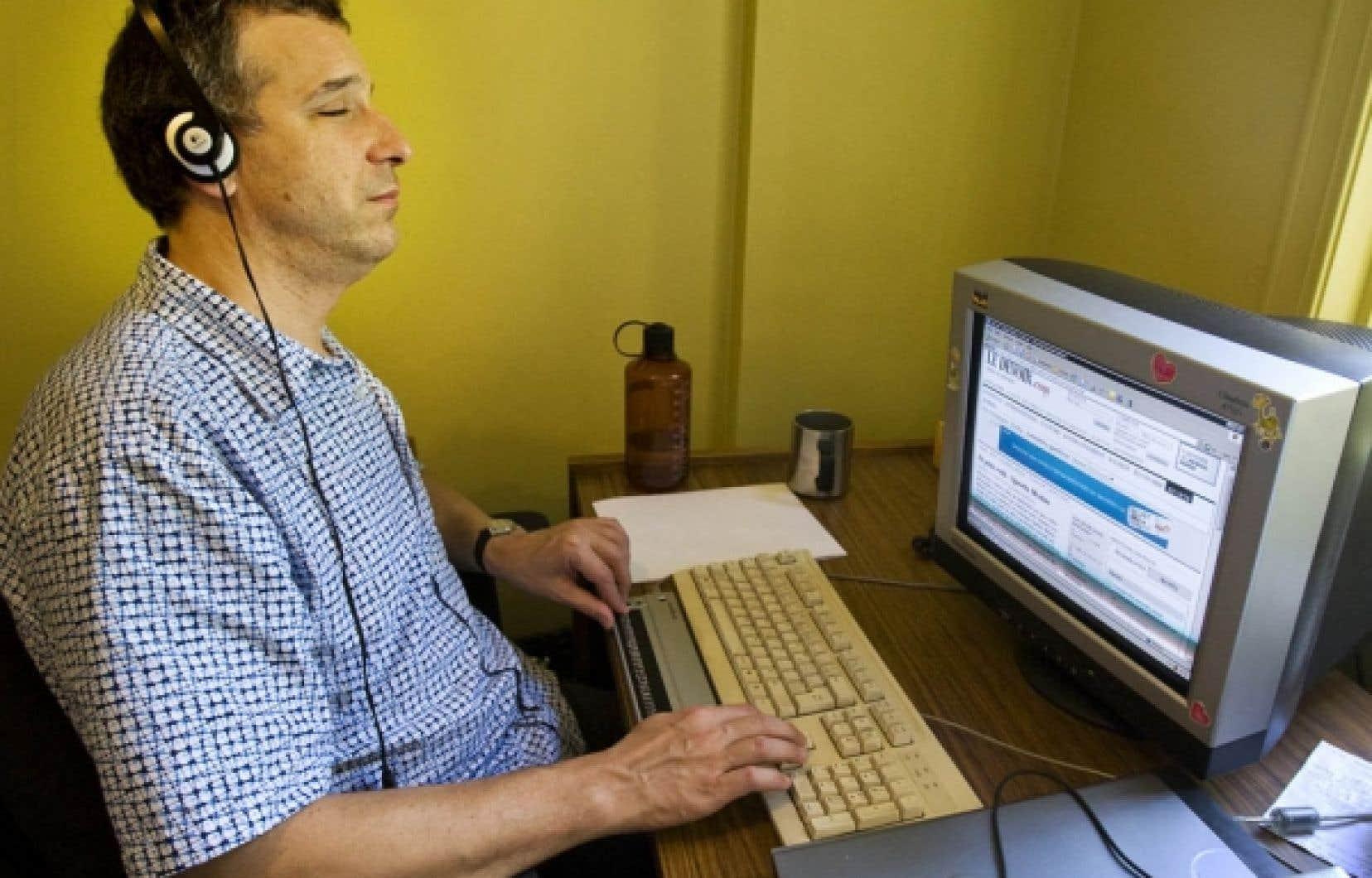 Atteint d'une maladie héréditaire des yeux, Luc Fortin s'informe dans Le Devoir grâce à un dispositif spécial de son ordinateur qui lui lit le texte à l'aide d'une voix mécanisée. Il peut aussi saisir une partie du texte et le lire en braille ligne par ligne sur une plaquette.<br />