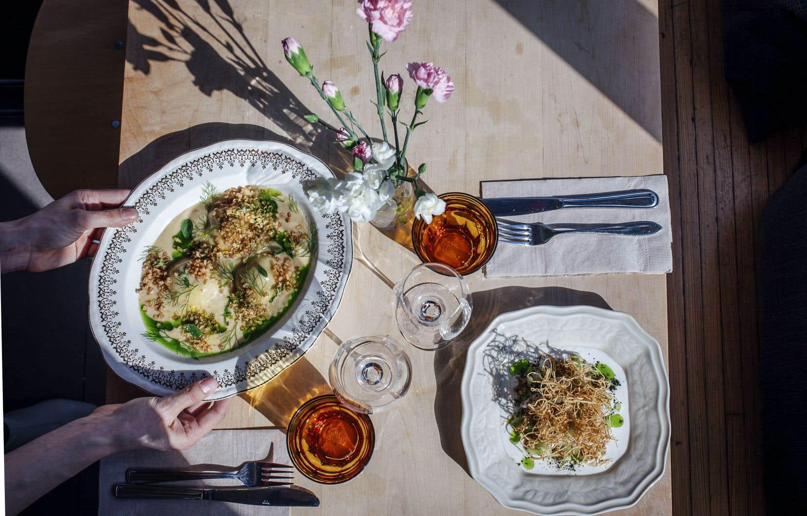 Une assiette présentant trois généreux raviolis farcis de chair de crabe, navet, brins d'aneth, mini-dés de pommes de terre et une sauce crémeuse