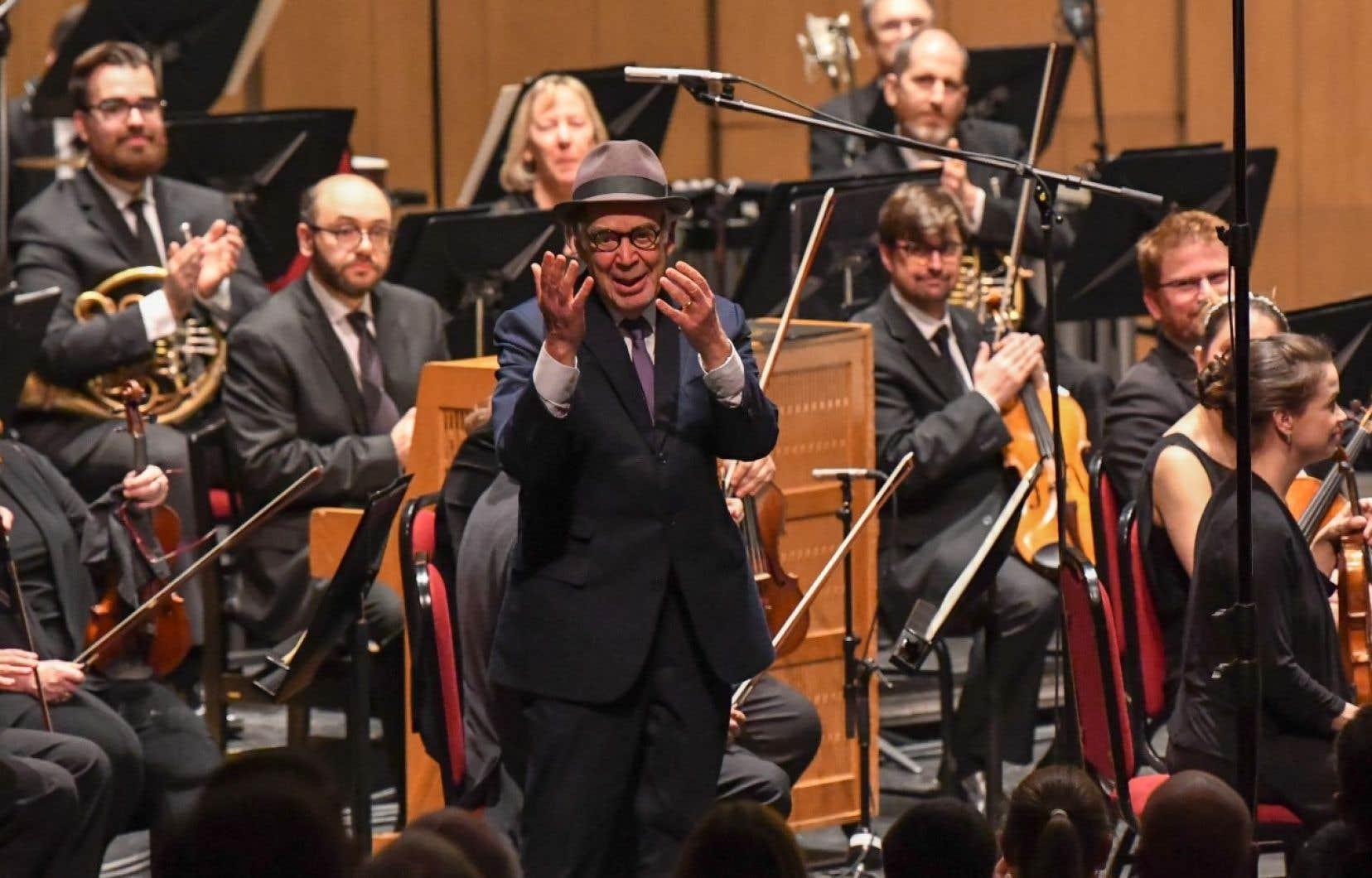 Le compositeur torontois Howard Shore, connu pour son travail dans «Le Seigneur des anneaux», salue le public après la création de son concerto pour guitare «The Forest».