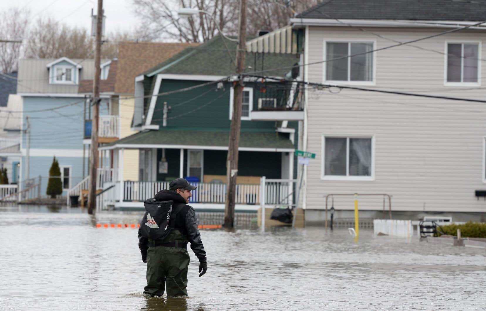 Le calme régnait dans les rues inondées de Gatineau jeudi.
