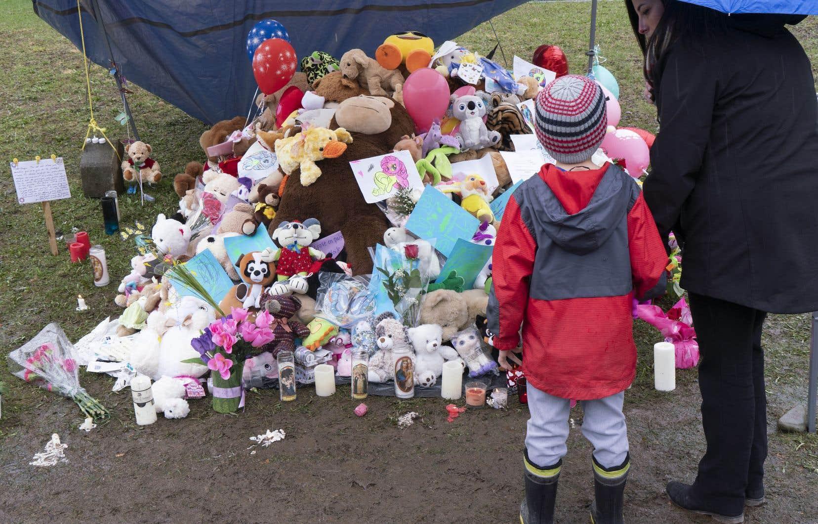Un mausolée de peluches a été érigé en face de la maison de l'enfant décédée mardi à Granby des suites de sévices.
