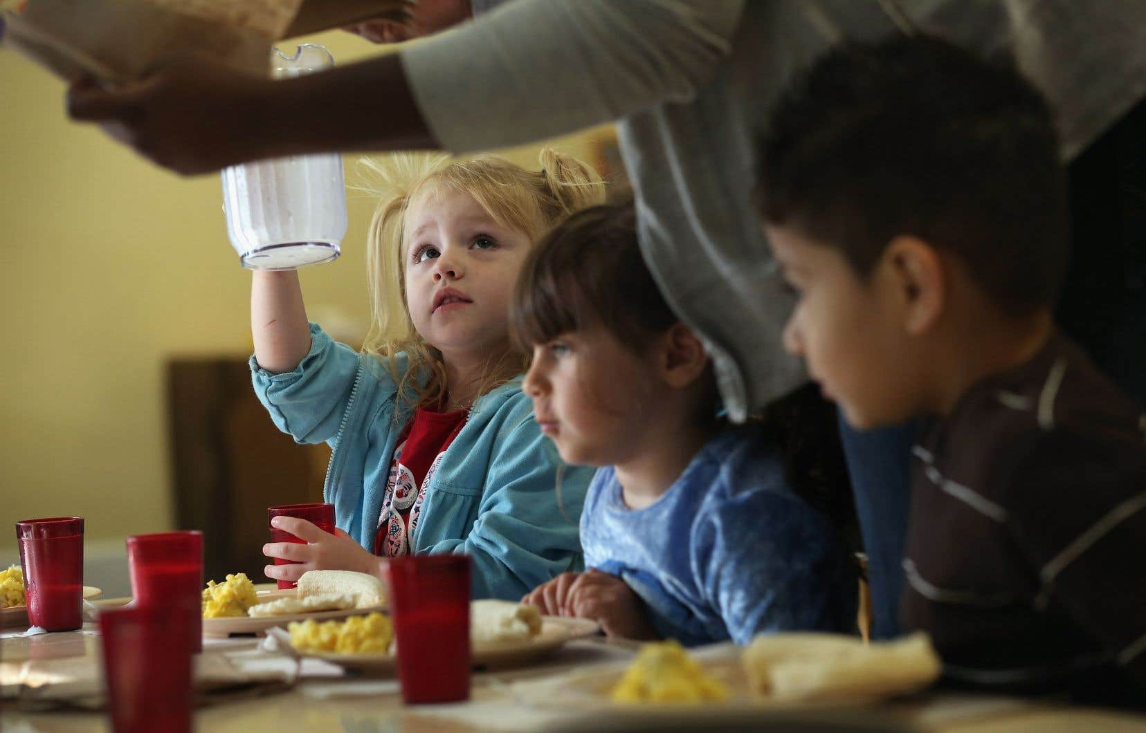 Les collations sont constituées de produits céréaliers, de fruits ou encore de yogourt, qui font parfois office de petits-déjeuners pour les enfants qui ne mangent pas à leur faim et qui sont encore nombreux dans ces écoles.