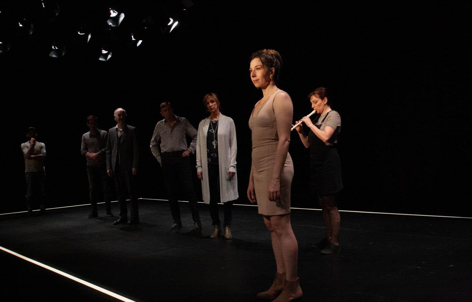 Sur une scène nue, la production dirigée par Michel-Maxime Legault joue à fond sur le brouillage entre réel et théâtre et déploie une efficace sobriété.