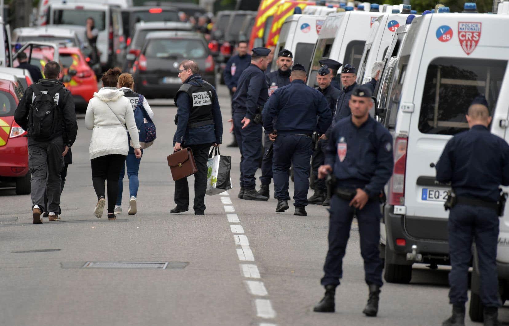 La police a verrouillé le quartier, évacuant certains bâtiments et ordonnant aux autres habitants de rester à l'intérieur.