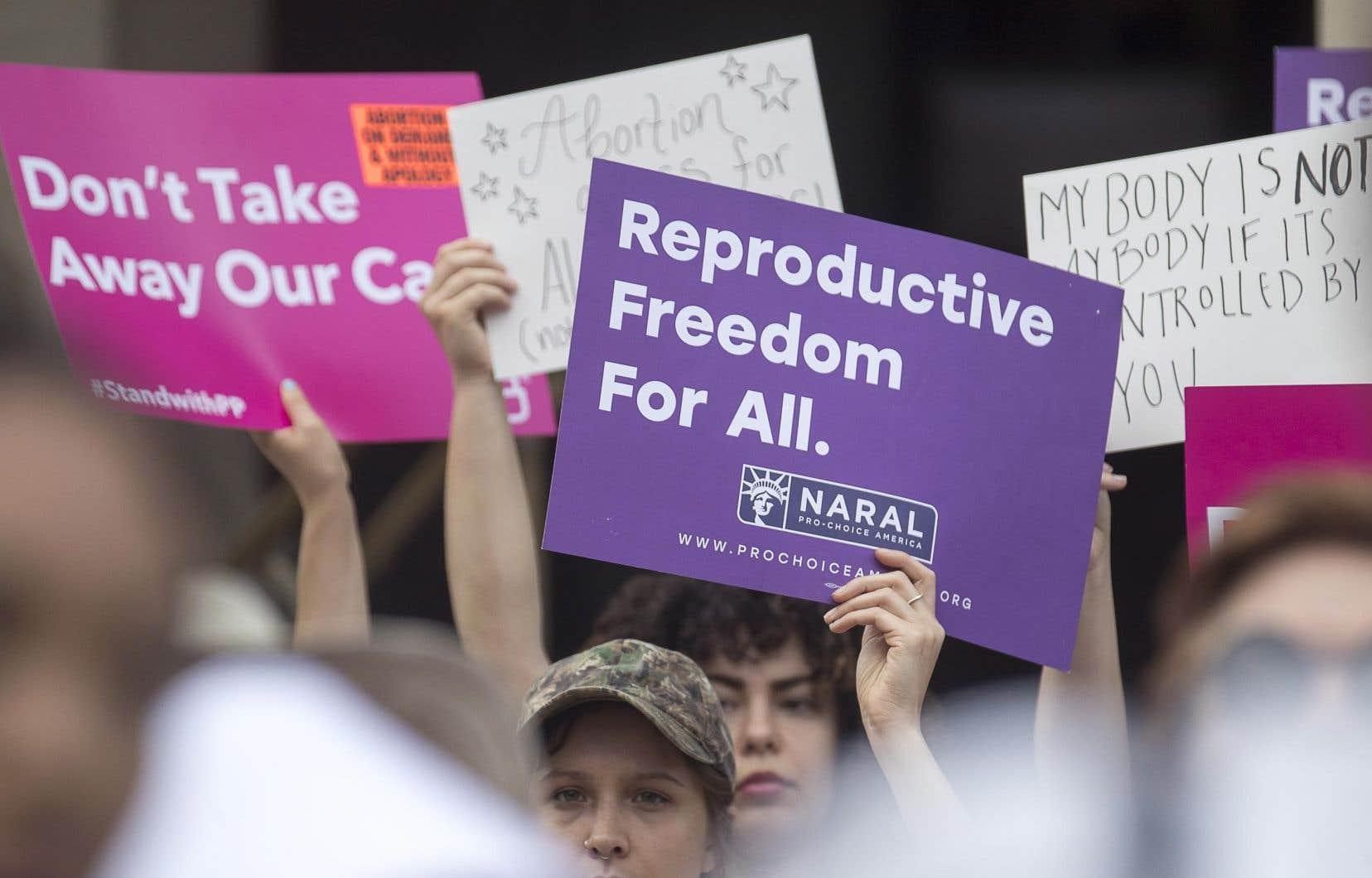 De nombreux protestataires s'étaient regroupés devant siège du congrès de l'État en réponse à la décision du gouverneur Brian Kemp.