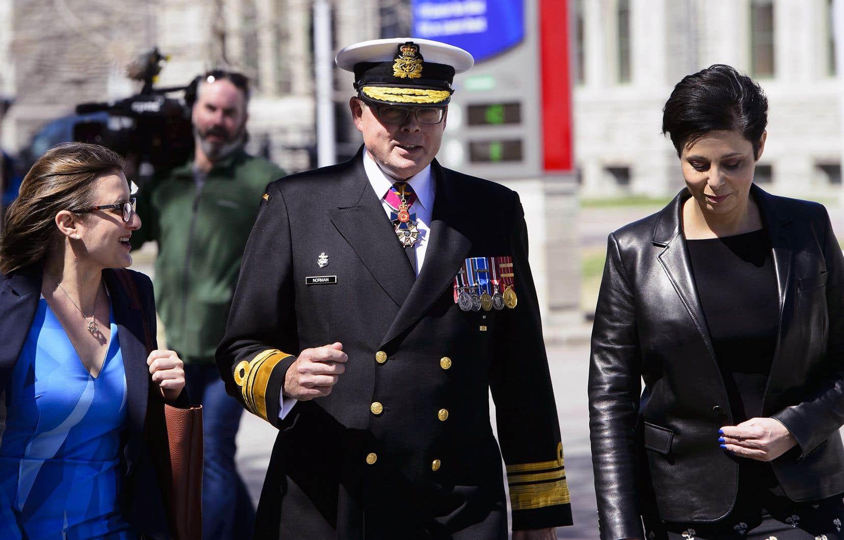 Le vice-amiral Mark Norman avec ses avocates, Me Marie Henein et Me Christine Mainville à la sortie du tribunal à la suite de l'abandon de l'acccusation qui pesait contre lui.