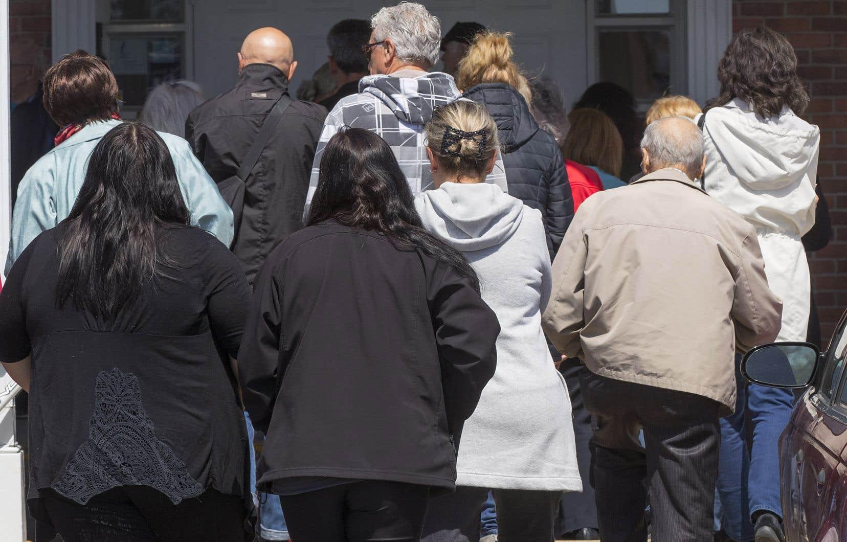Des citoyens bouleversés par le drame de la fillette décédée se sont rendus au salon funéraire, à Granby, mercredi.