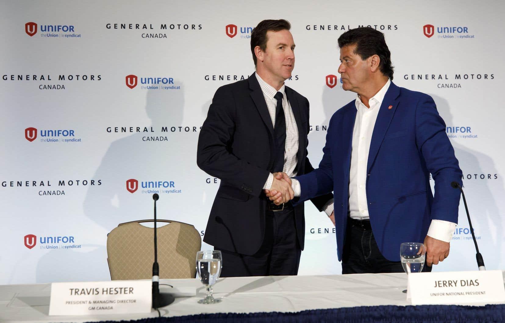 Le président de GM, Travis Hester (à gauche) et le président national d'Unifor, Jerry Dias, mercredi, à Toronto.