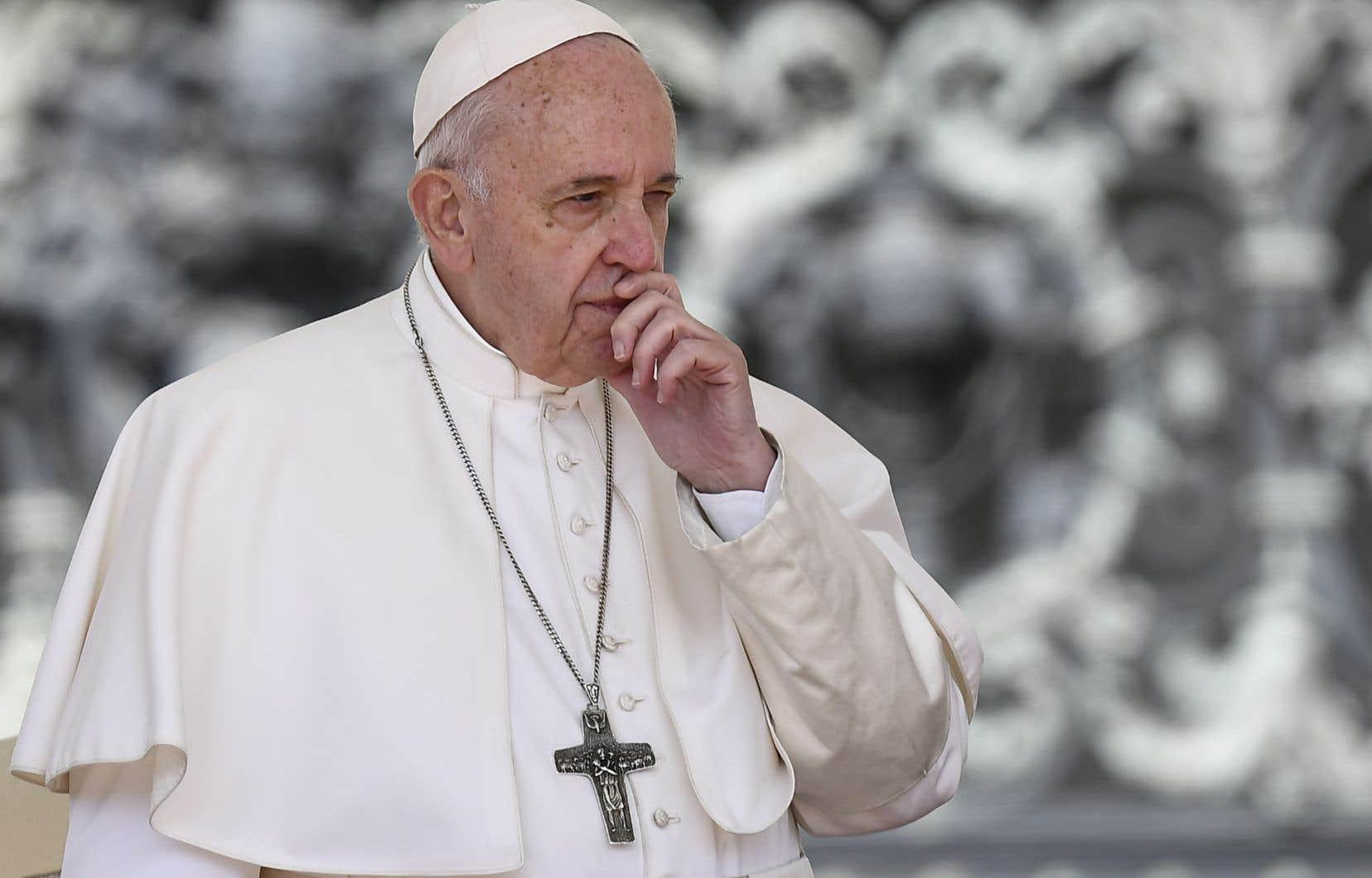 <p>Le souverain pontife a néanmoins souhaité que le secret de la confession demeure absolu, ce qui exclut donc une dénonciation de faits rapportés par un fidèle dans le confessionnal.</p>