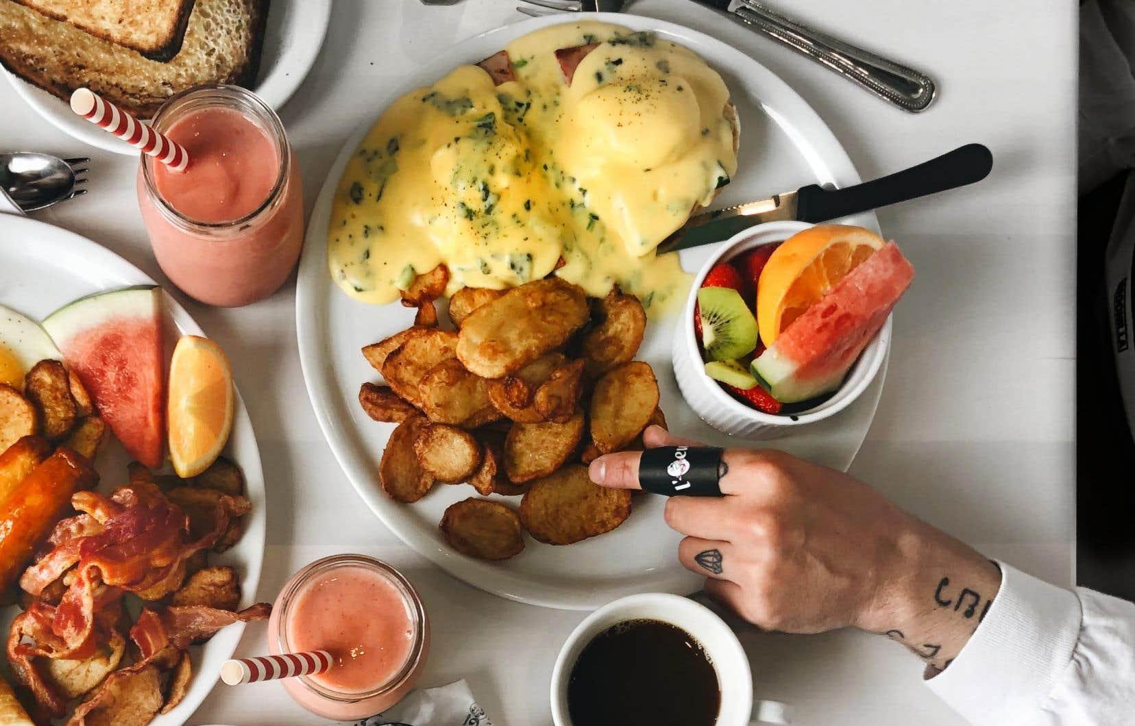 Prendre un déjeuner de qualité de façon régulière favorise l'apport en nutriments, le maintien du poids, la réduction du stress et la performance cognitive, comparativement aux jeunes qui consomment un déjeuner de faible qualité.