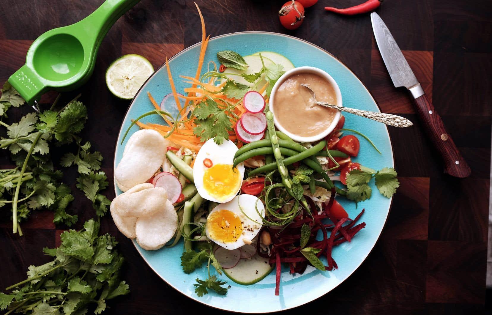 Déposer les œufs et garnir d'un quartier de lime et d'arachides hachées.
