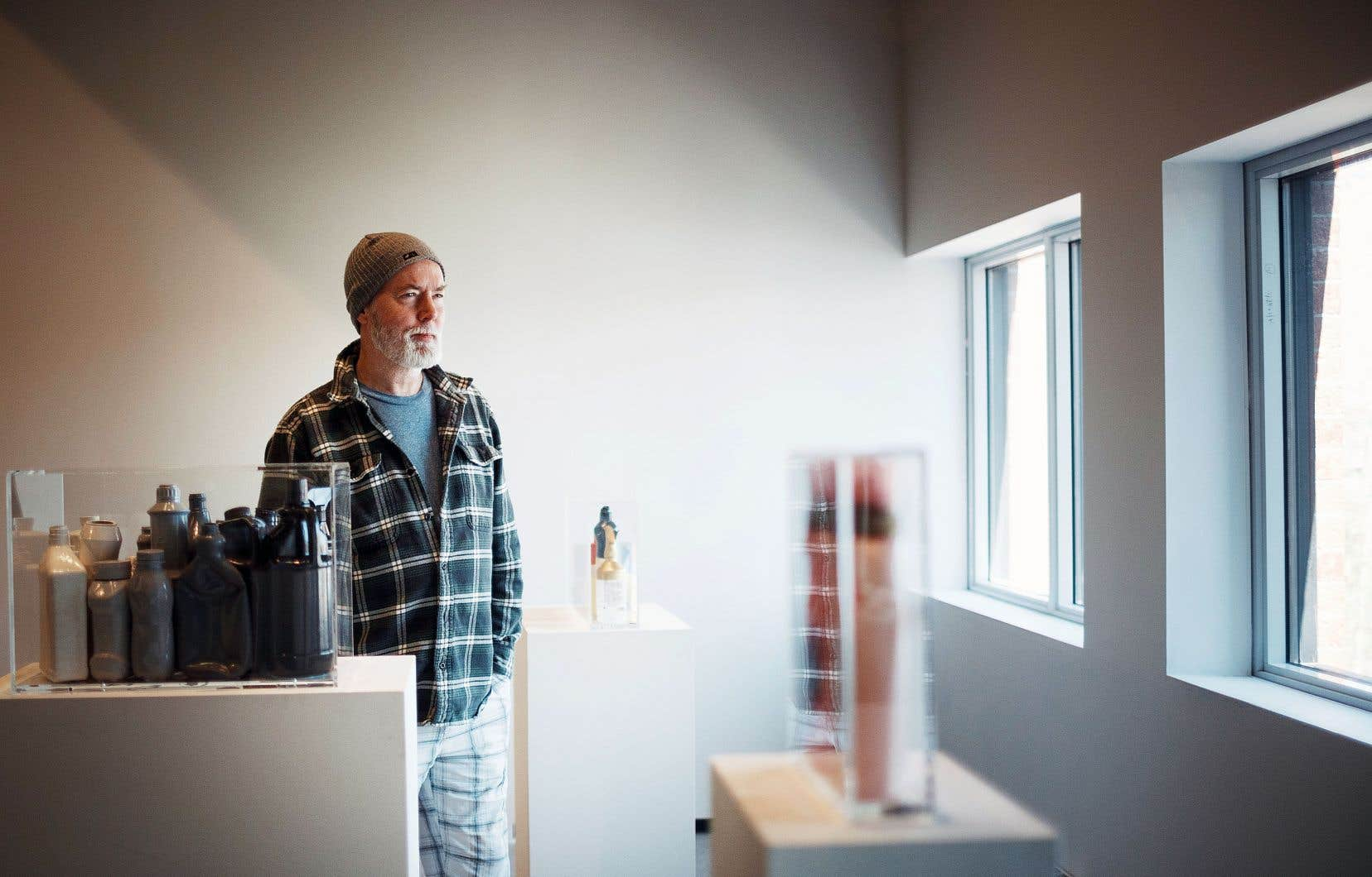 Douglas Coupland, qui a grandi à Vancouver, a beaucoup réfléchi à l'identité canadienne. Mais il insiste pour dire qu'il n'a pas d'idées politiques; tout au plus des sensibilités.