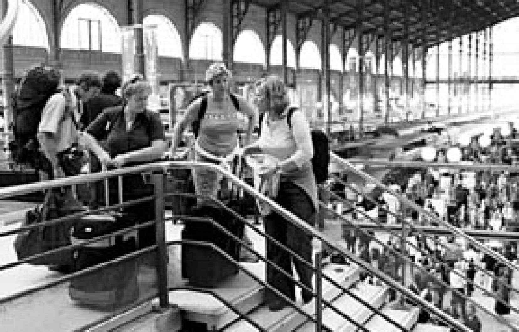 Après l'arrêt des trains, la SNCF a invité les passagers à reporter leur départ.