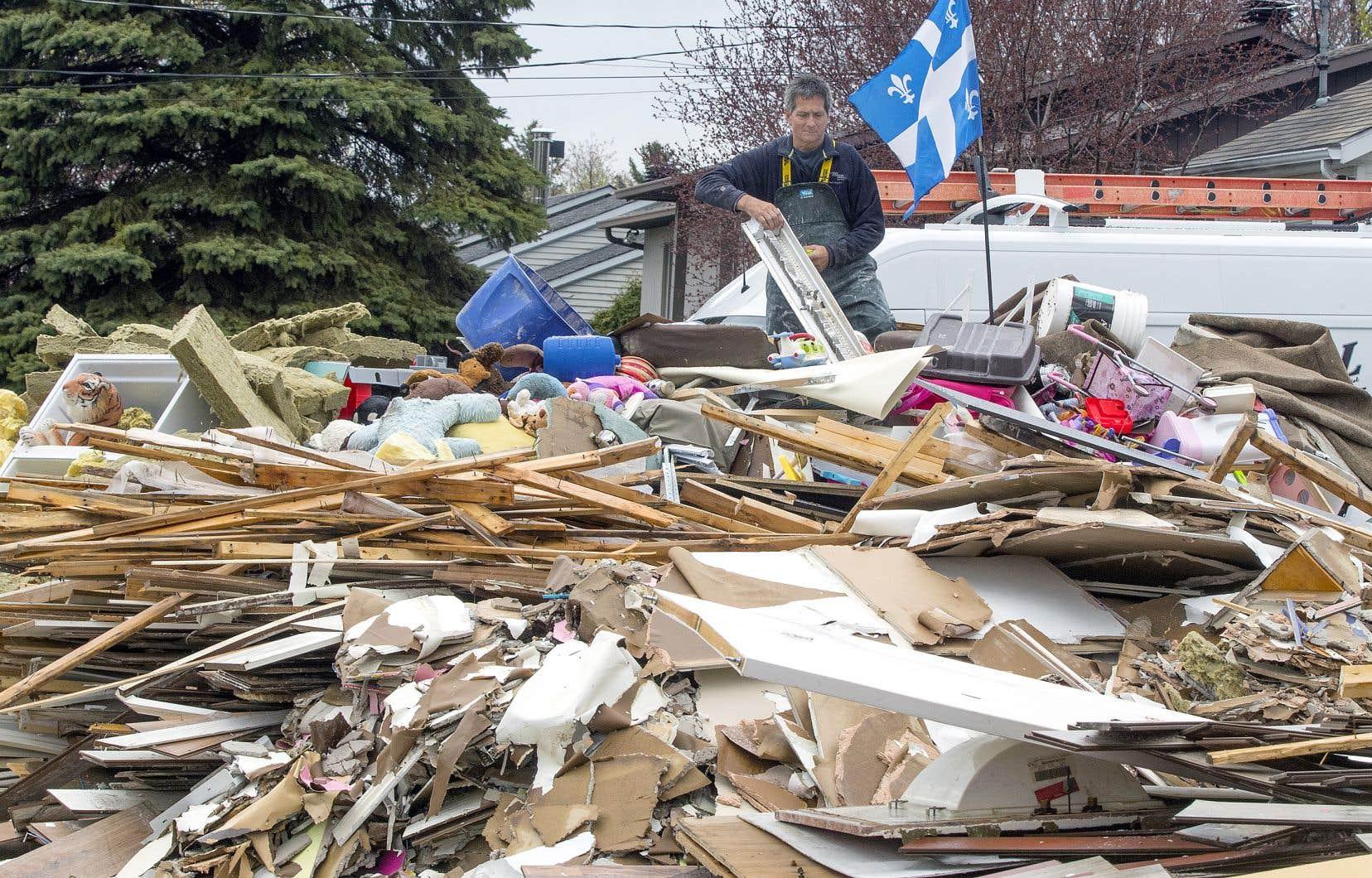 Comme ses voisins, Germain Goyer doit retirer de sa maison sinistrée tout ce qui est irrécupérable.