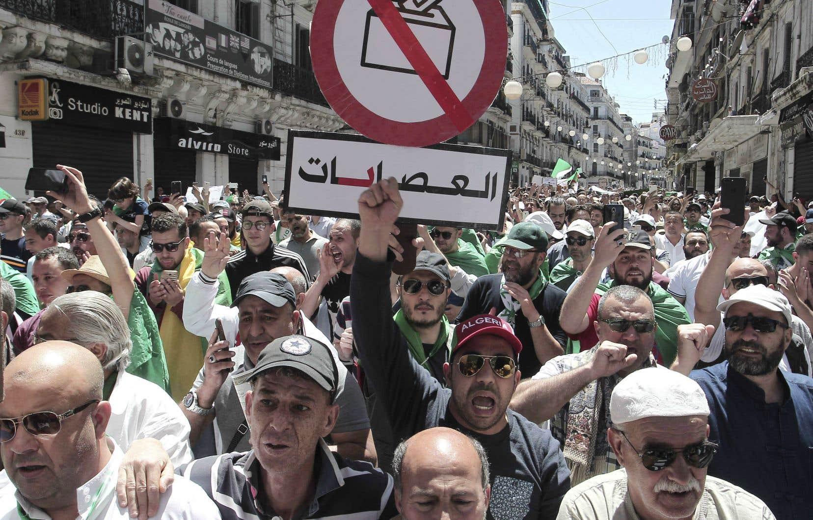 Les participants à ces marches hebdomadaires ont réitéré leur intention, ramadan ou pas, de descendre dans la rue chaque vendredi jusqu'à la destitution complète du régime.